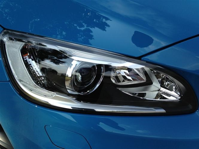 Volvo V60 adaptive headlights