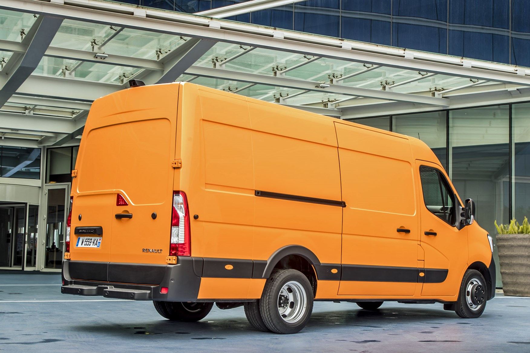 Renault Master review - 2019 facelift, rear view, orange
