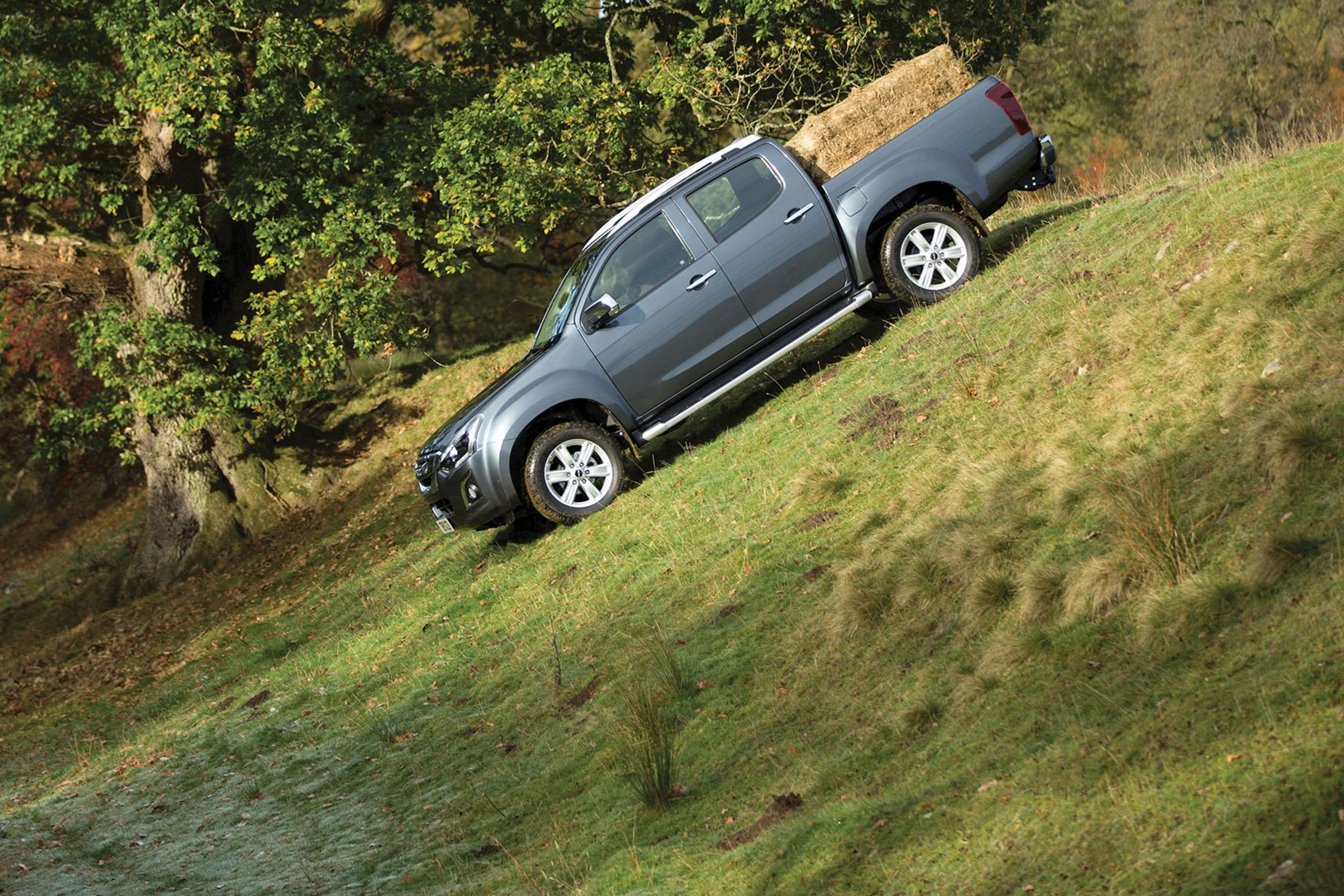 Isuzu D-Max (2017), driving down hill off-road with hay bail