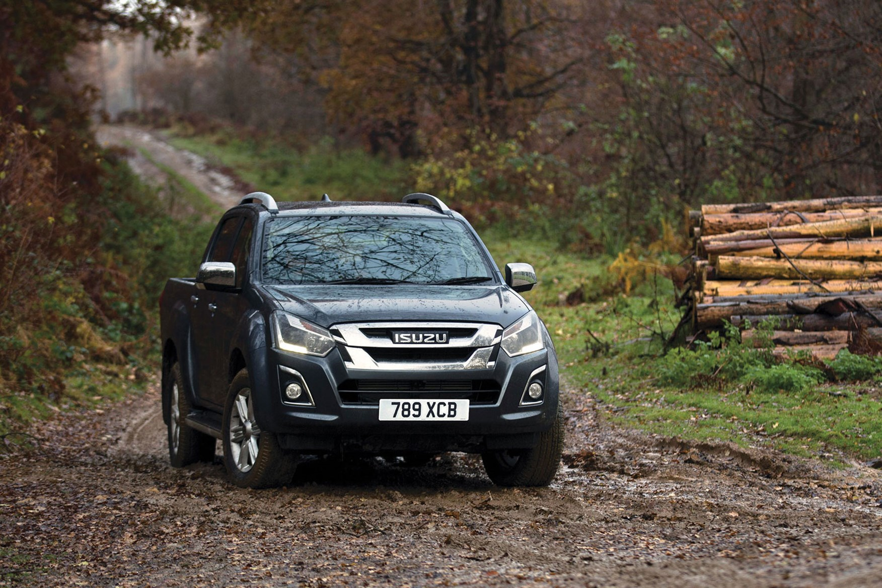 Isuzu D-Max (2017), front view, parked on muddy track
