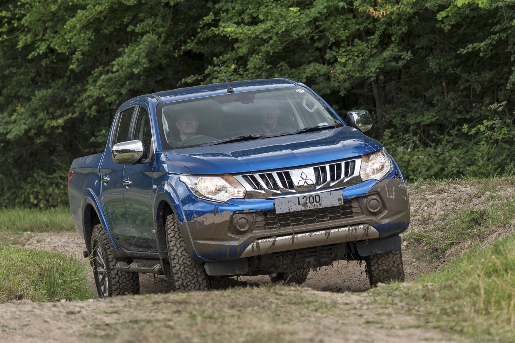 Mitsubishi L200 review, blue, driving off road
