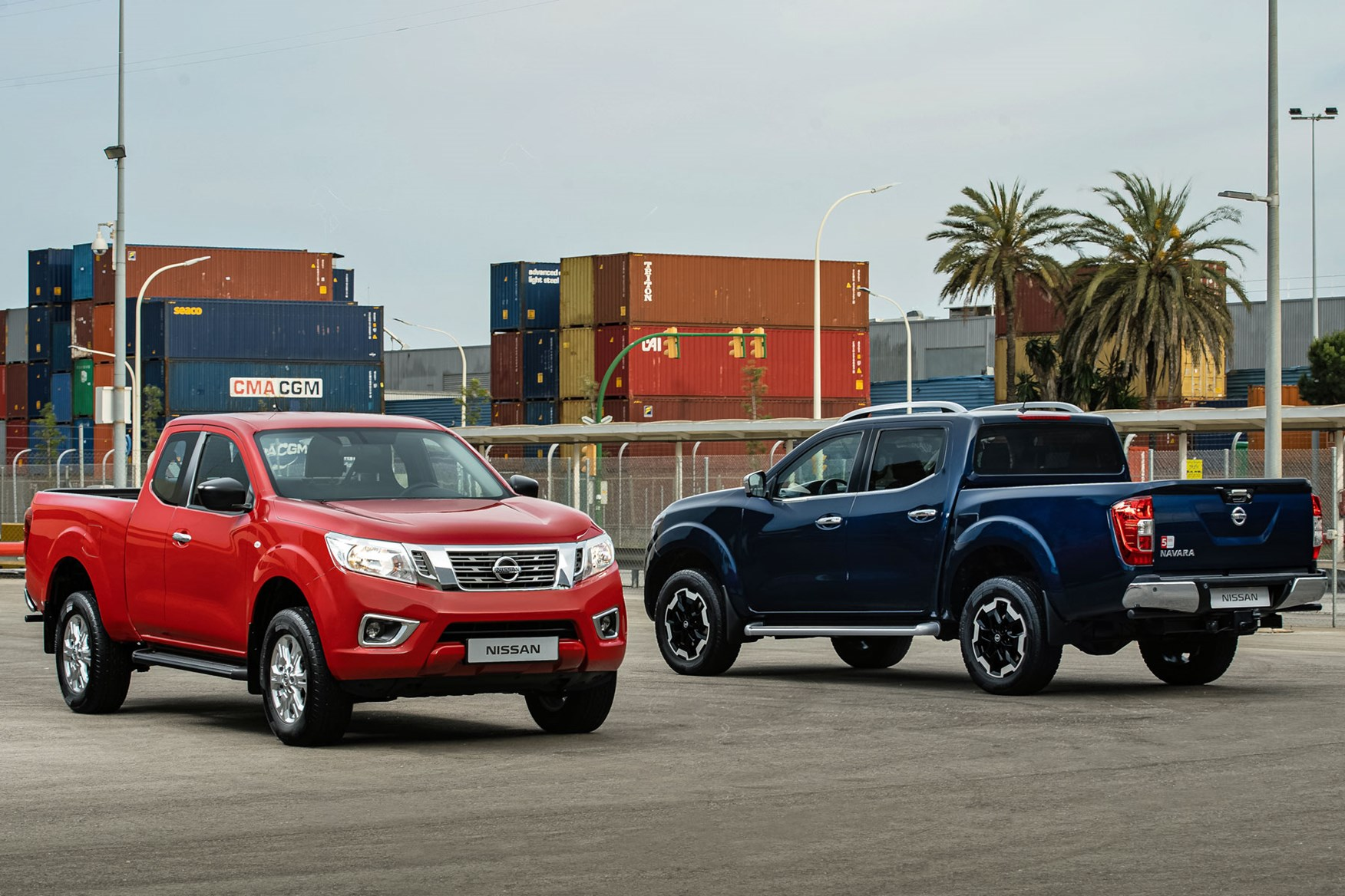 2019 Nissan Navara update - King Cab (red) and Double Cab (blue)