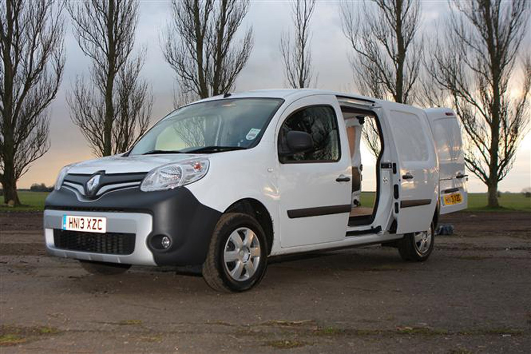 Renault Kangoo full review on Parkers Vans - load area access
