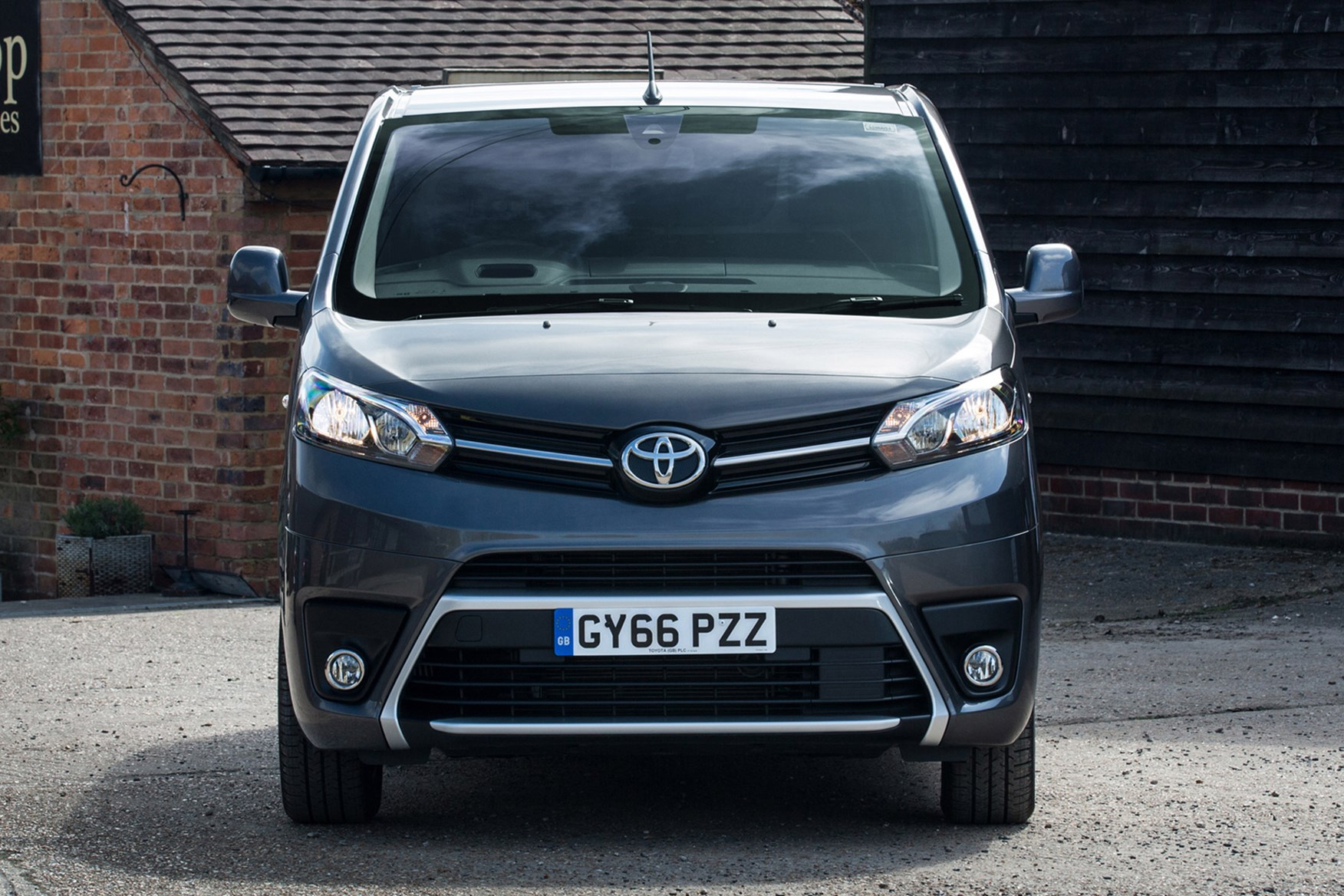 Toyota Proace 2016-on full review on Parkers Vans - front