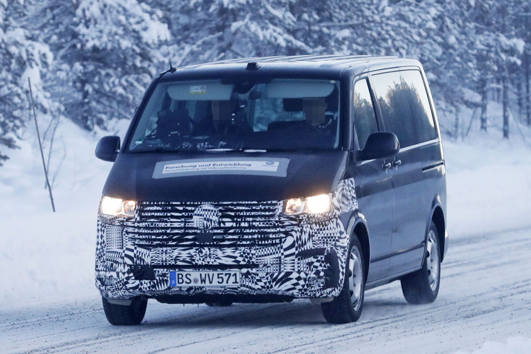 VW T6.1 facelift spy photo - prototype winter testing driving in snow