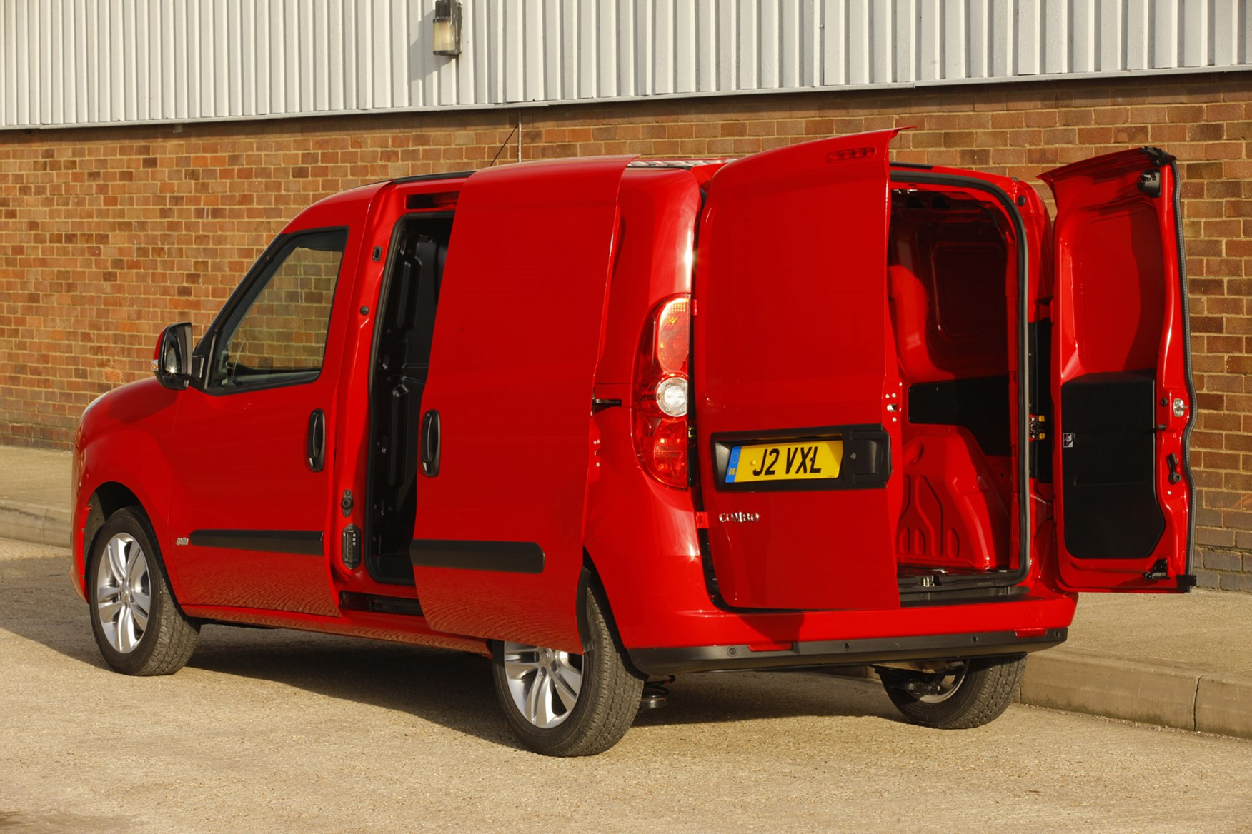 Vauxhall Combo full review on Parkers Vans - load area access