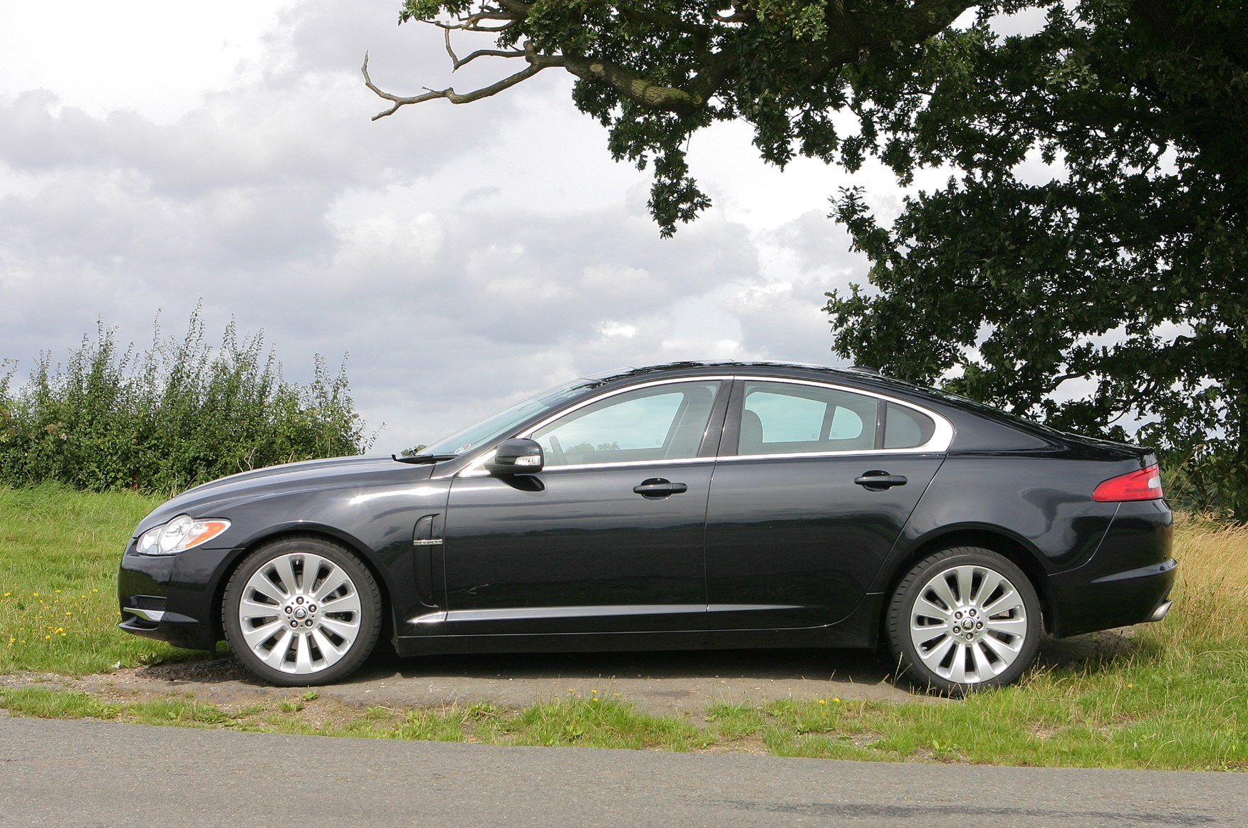 jaguar xf saloon 2008 2015 features equipment and accessories parkers. Black Bedroom Furniture Sets. Home Design Ideas