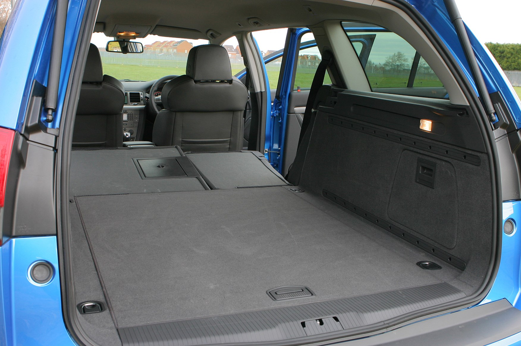 Vauxhall Vectra Estate 2005 2008 Features Equipment And Zafira Boot Accessories Parkers