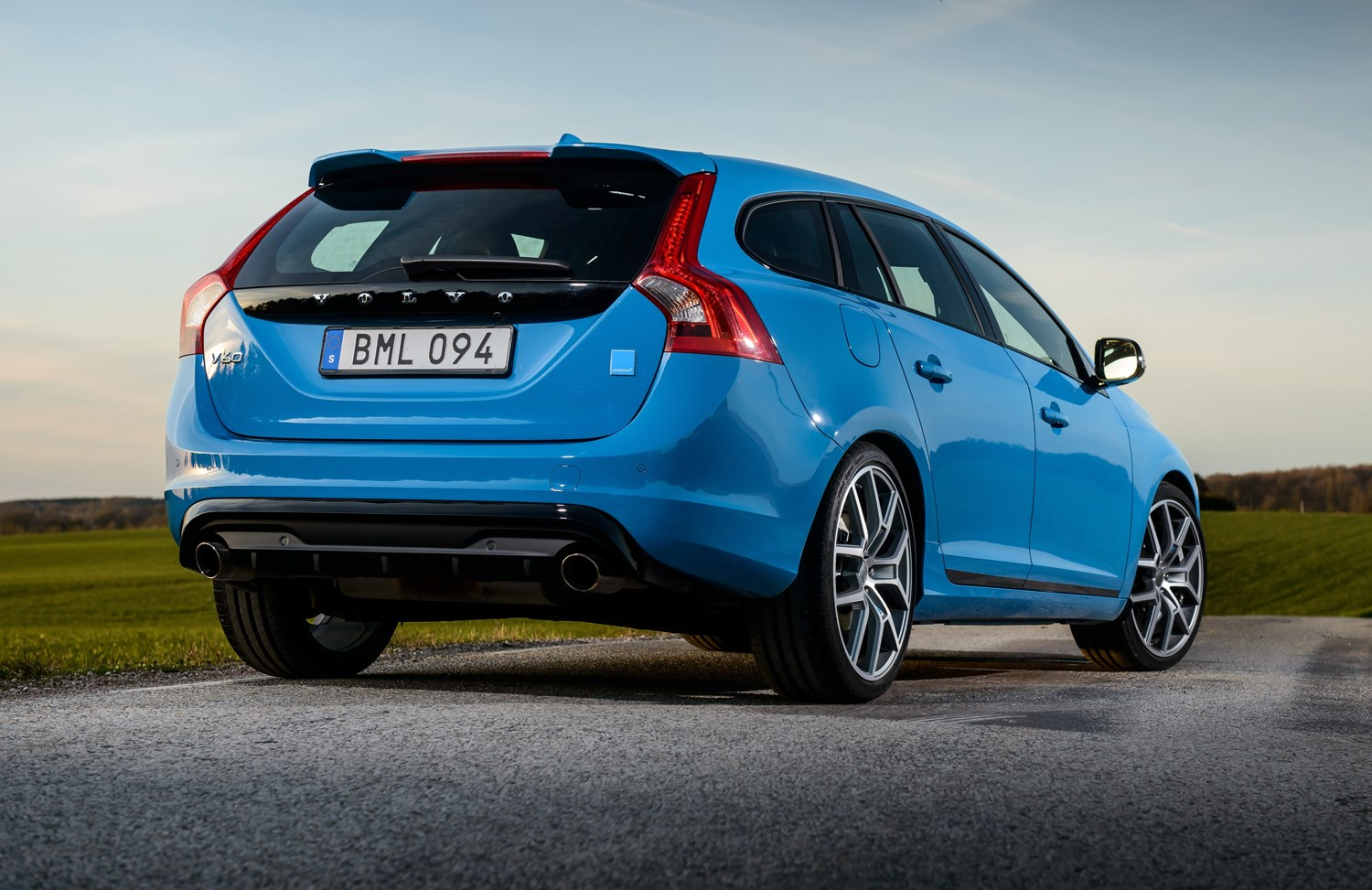 volvo v60 polestar 2014 2016 features equipment and accessories parkers. Black Bedroom Furniture Sets. Home Design Ideas