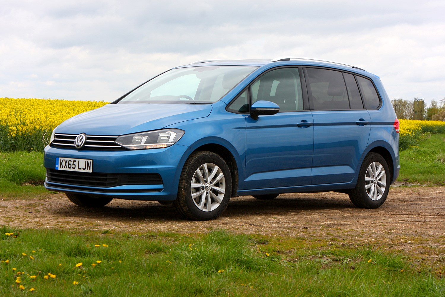 vw touran review summary parkers. Black Bedroom Furniture Sets. Home Design Ideas
