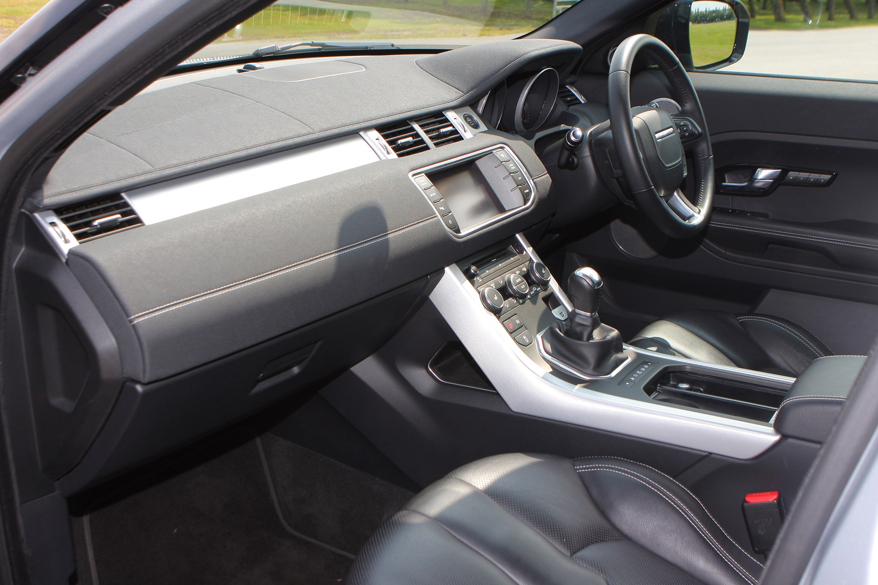 Range rover evoque review rivals parkers for Interieur range rover