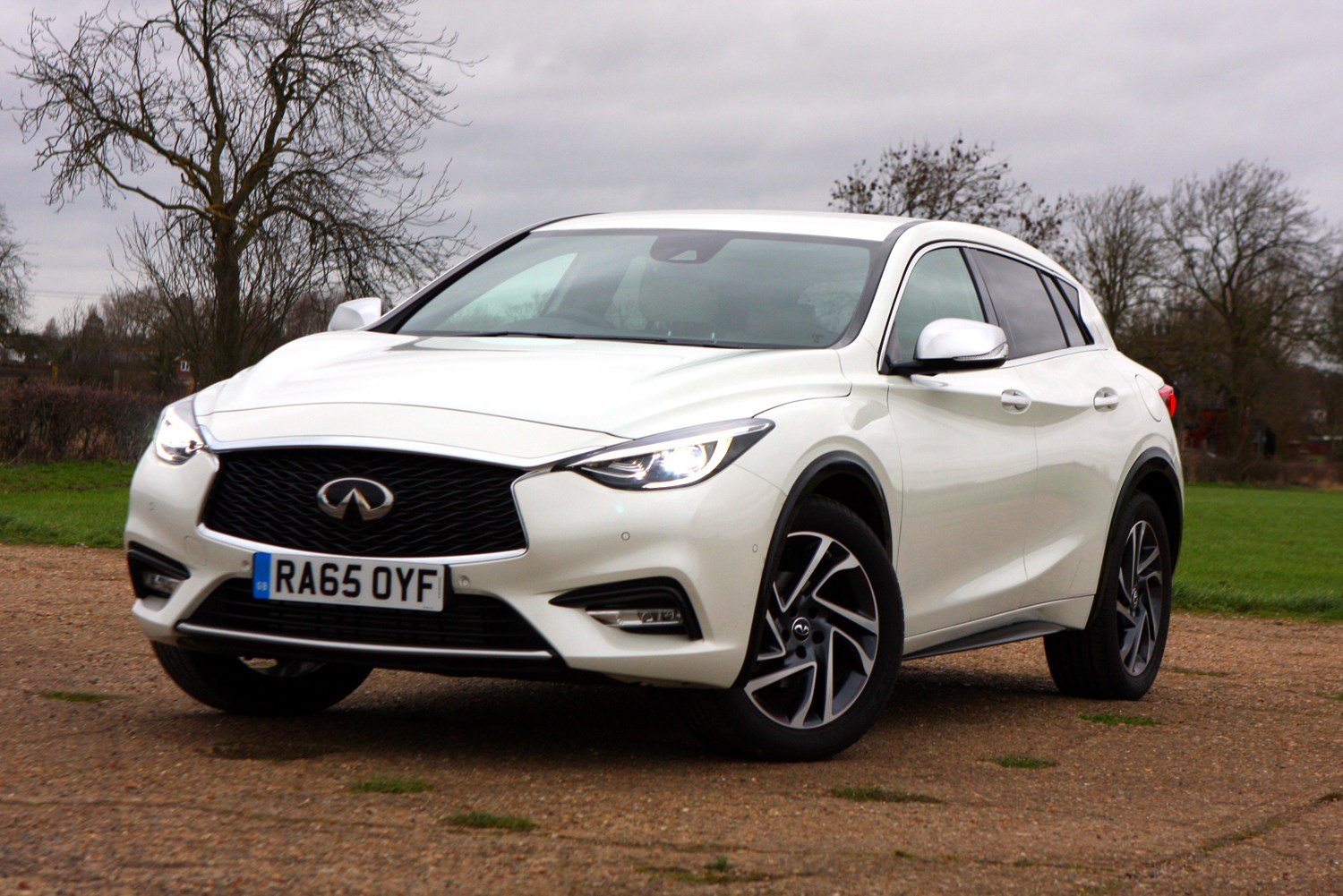 infiniti q30 hatchback 2015 features equipment and accessories parkers. Black Bedroom Furniture Sets. Home Design Ideas