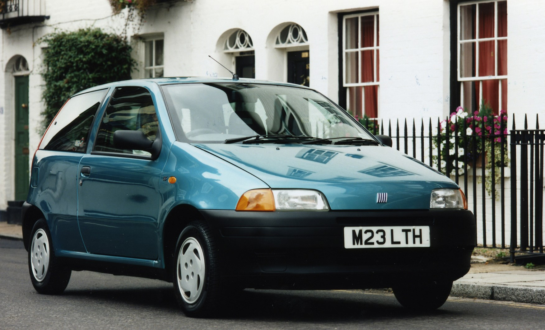 fiat punto hatchback 1994 1999 features equipment and accessories parkers. Black Bedroom Furniture Sets. Home Design Ideas