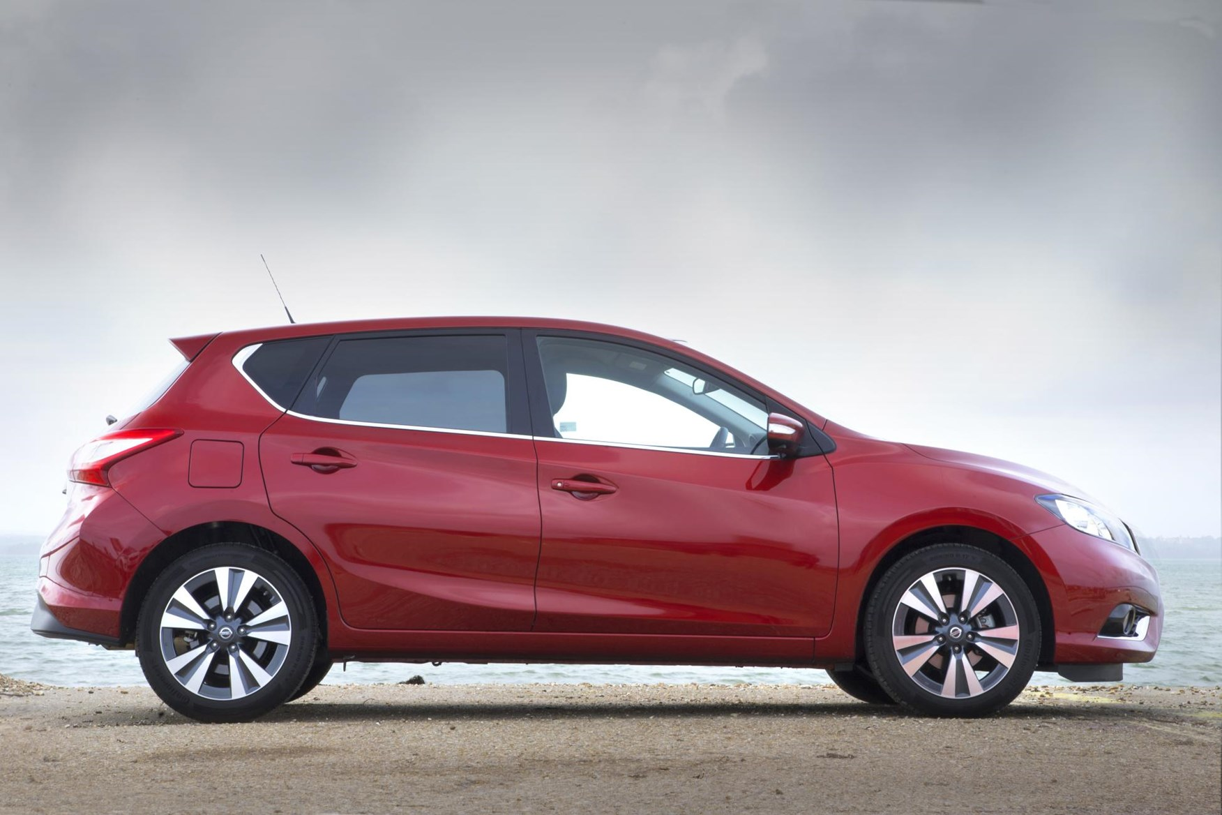 nissan pulsar hatchback 2014 buying and selling parkers