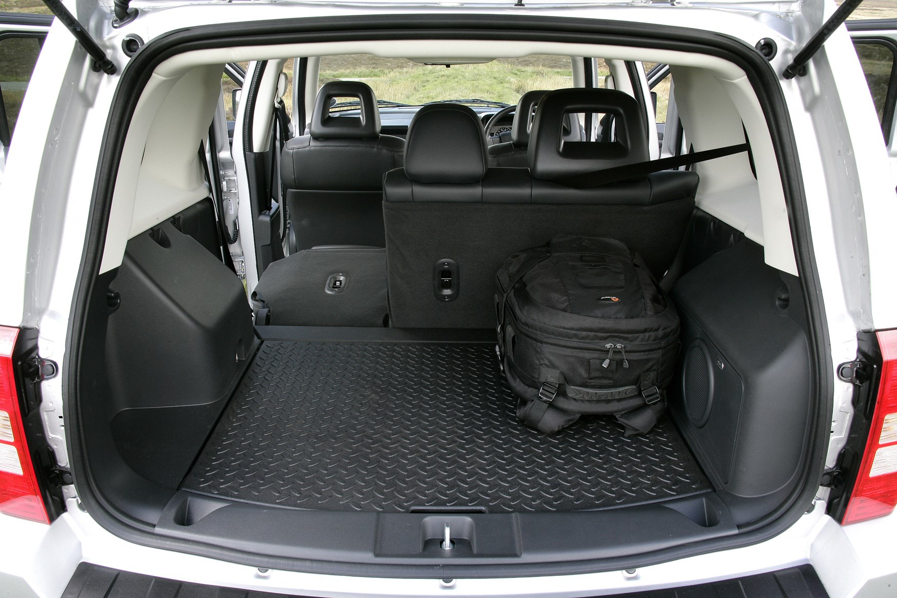 jeep patriot station wagon 2007 2011 features. Black Bedroom Furniture Sets. Home Design Ideas