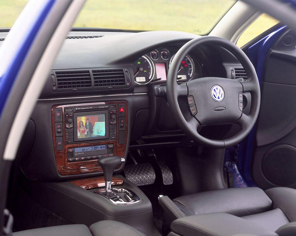 Volkswagen passat saloon 2000 2005 features equipment for Volkswagen passat interior