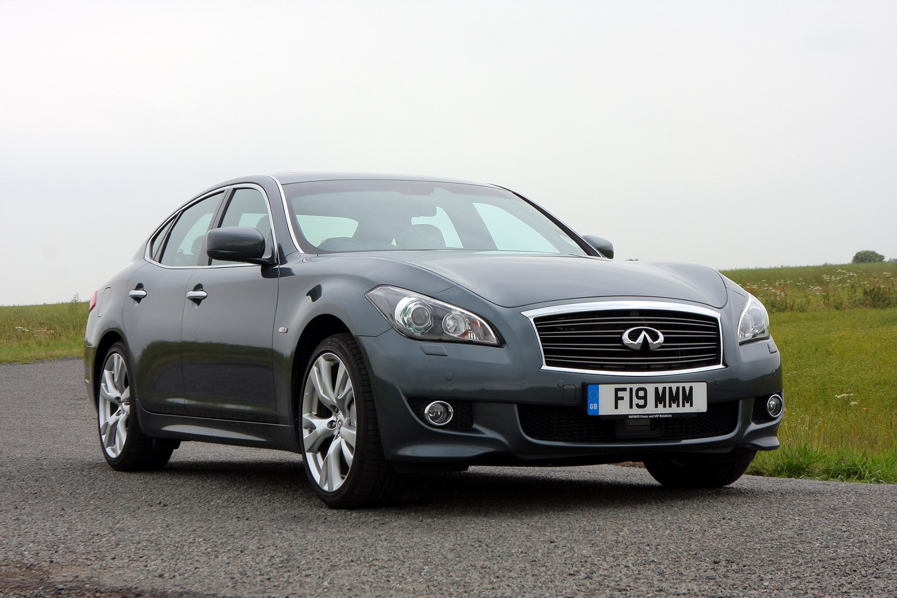 infiniti m saloon review 2010 parkers