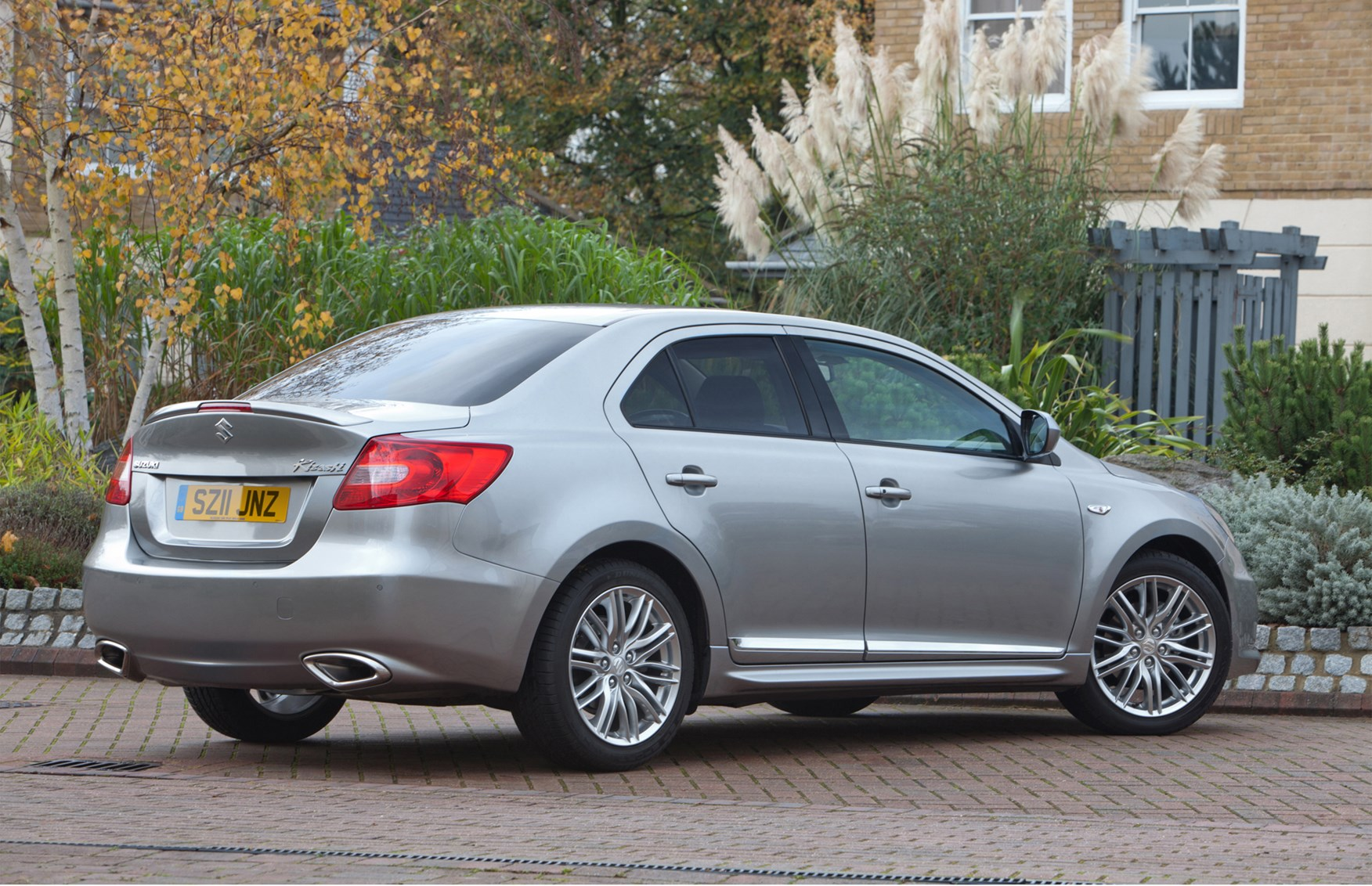 suzuki kizashi saloon 2012 2013 features equipment
