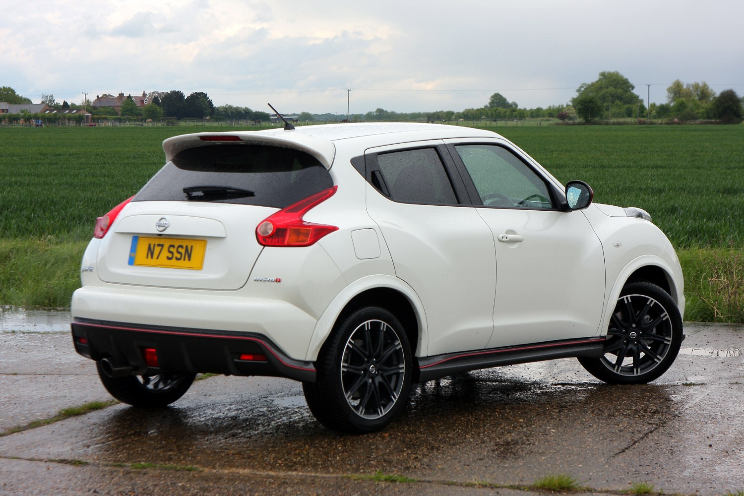 nissan juke nismo 2013 features equipment and accessories parkers. Black Bedroom Furniture Sets. Home Design Ideas