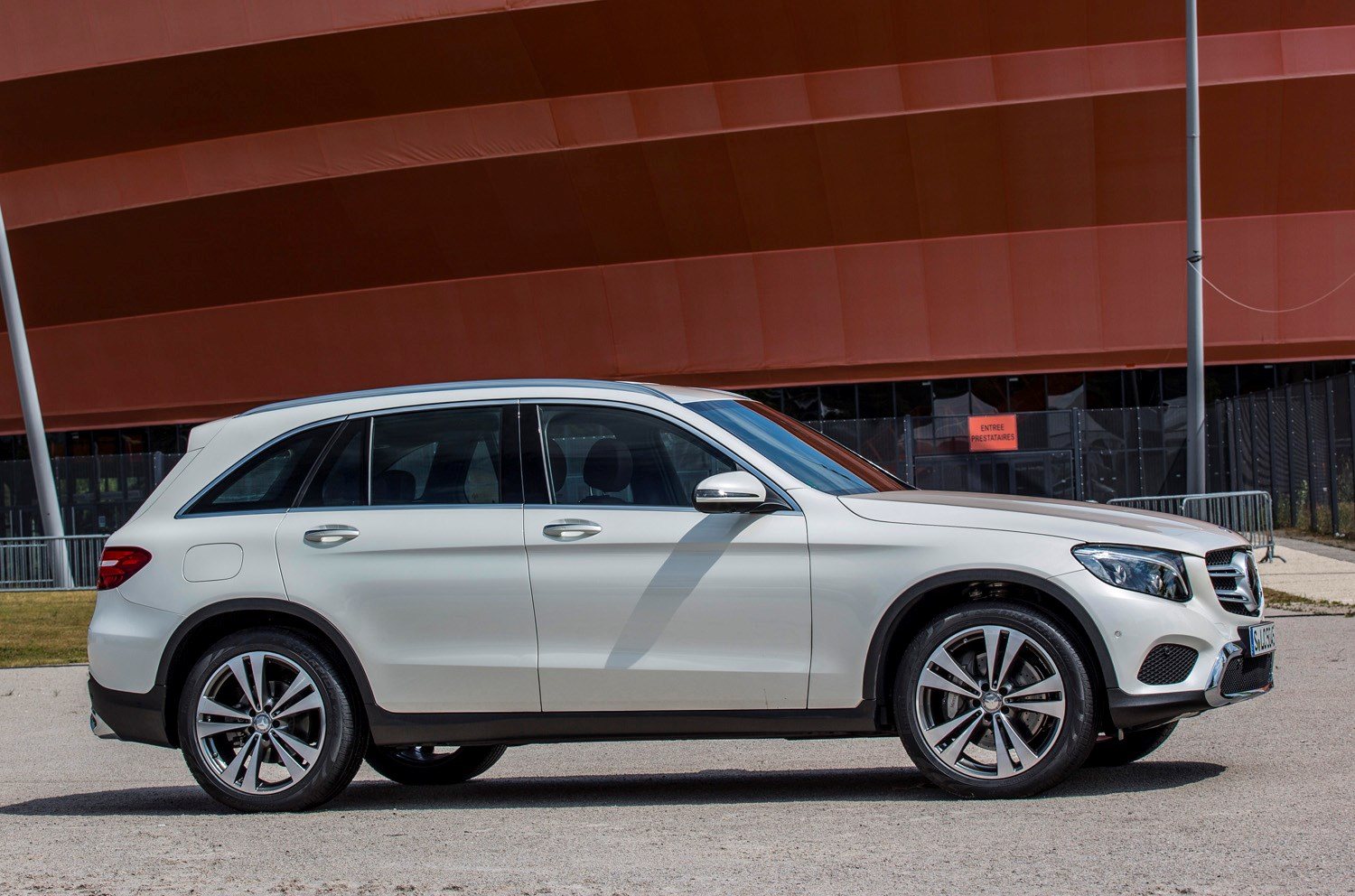 mercedes benz glc class 4x4 2015 features equipment and accessories parkers. Black Bedroom Furniture Sets. Home Design Ideas