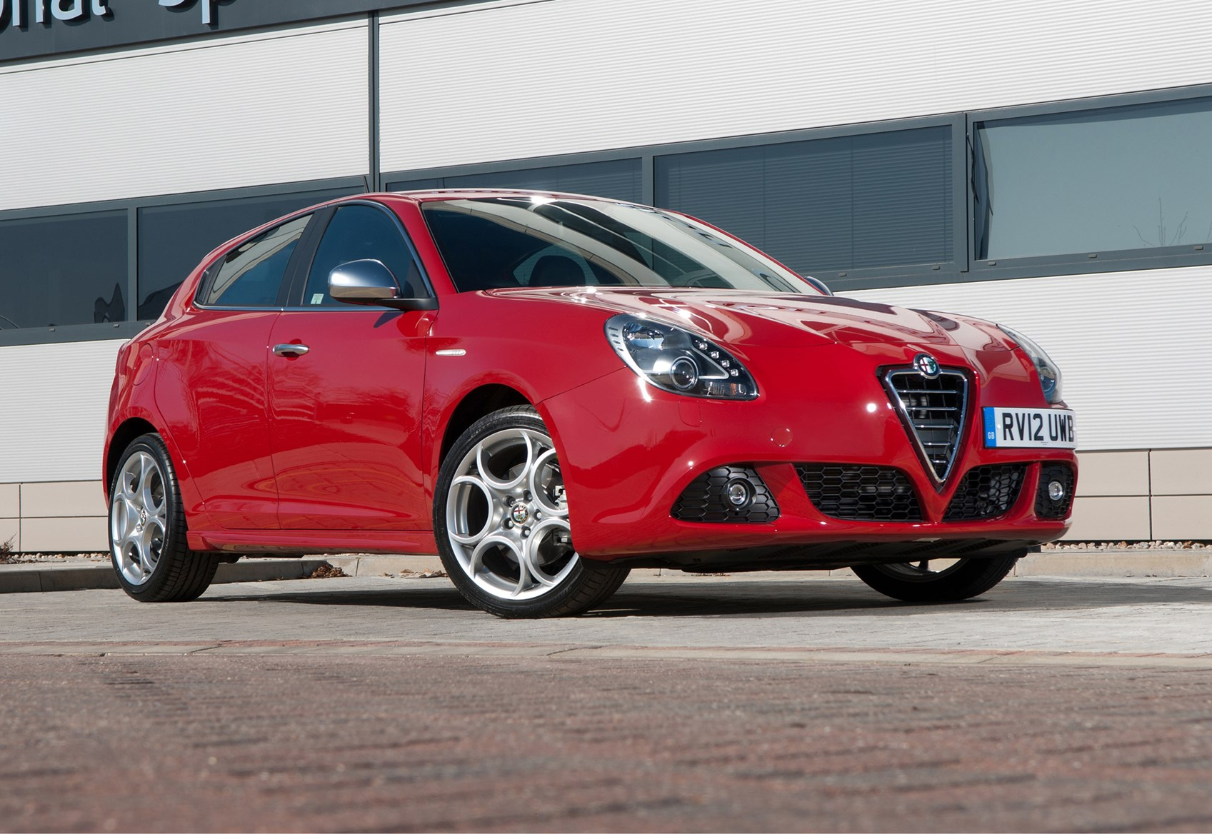 Alfa Romeo Giulietta Hatchback 2010 Features Equipment And Tv Led Mito 17 Accessories Parkers