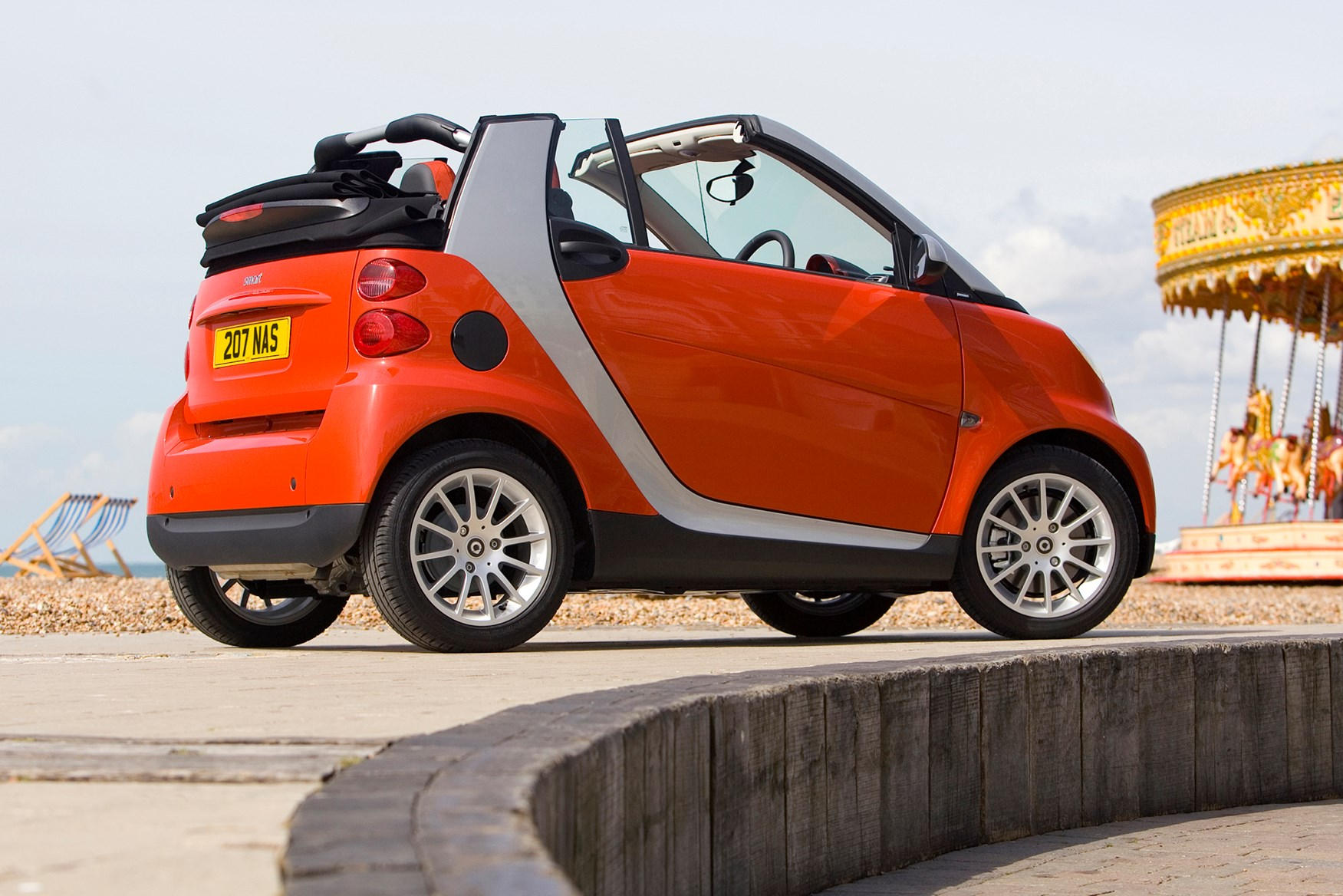smart fortwo cabriolet 2007 2014 features equipment and accessories parkers. Black Bedroom Furniture Sets. Home Design Ideas