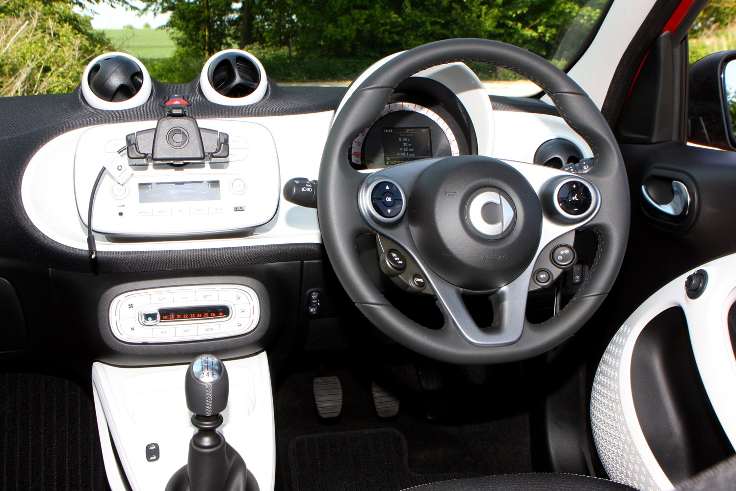 smart forfour hatchback 2015 features equipment and accessories parkers. Black Bedroom Furniture Sets. Home Design Ideas