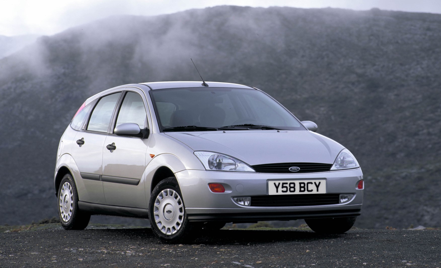 ford focus hatchback review 1998 2004 parkers. Black Bedroom Furniture Sets. Home Design Ideas