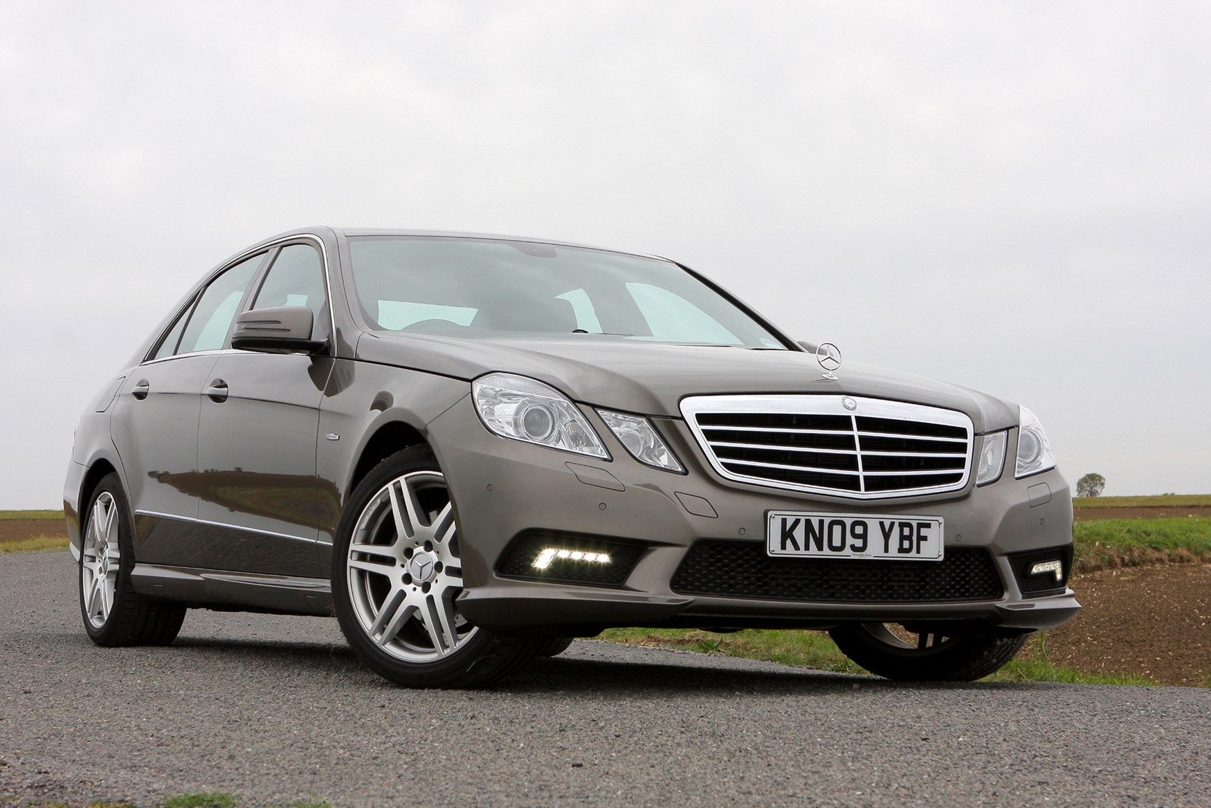 Mercedes benz e class saloon 2009 2016 features for Mercedes benz e class accessories