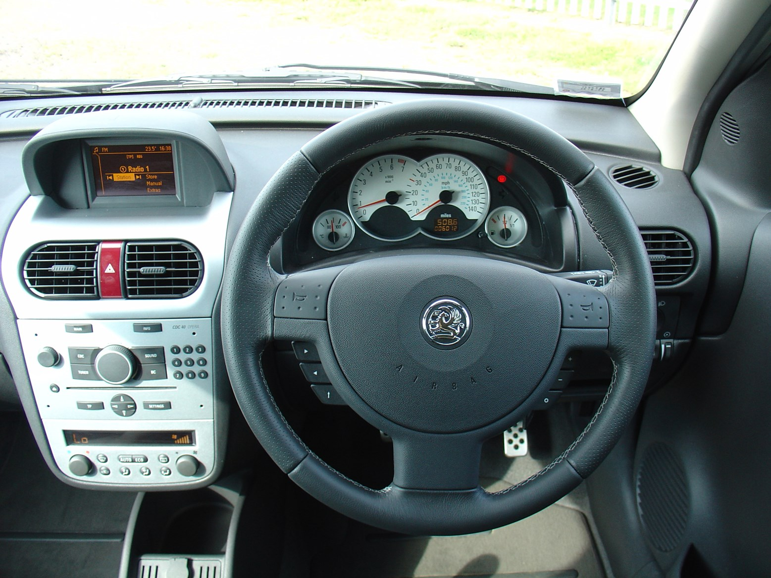 vauxhall corsa hatchback 2003 2006 features equipment. Black Bedroom Furniture Sets. Home Design Ideas