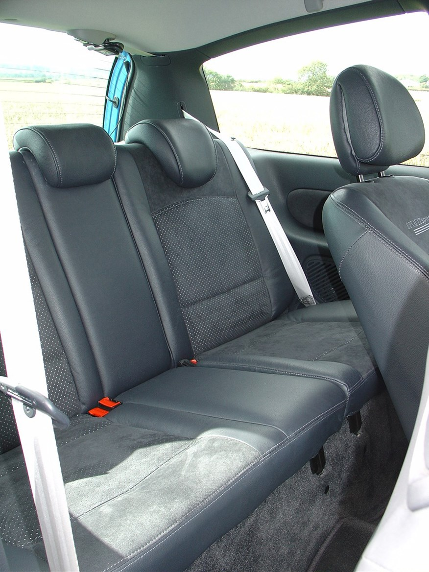 renault clio renaultsport 2001 2005 features equipment and accessories parkers. Black Bedroom Furniture Sets. Home Design Ideas
