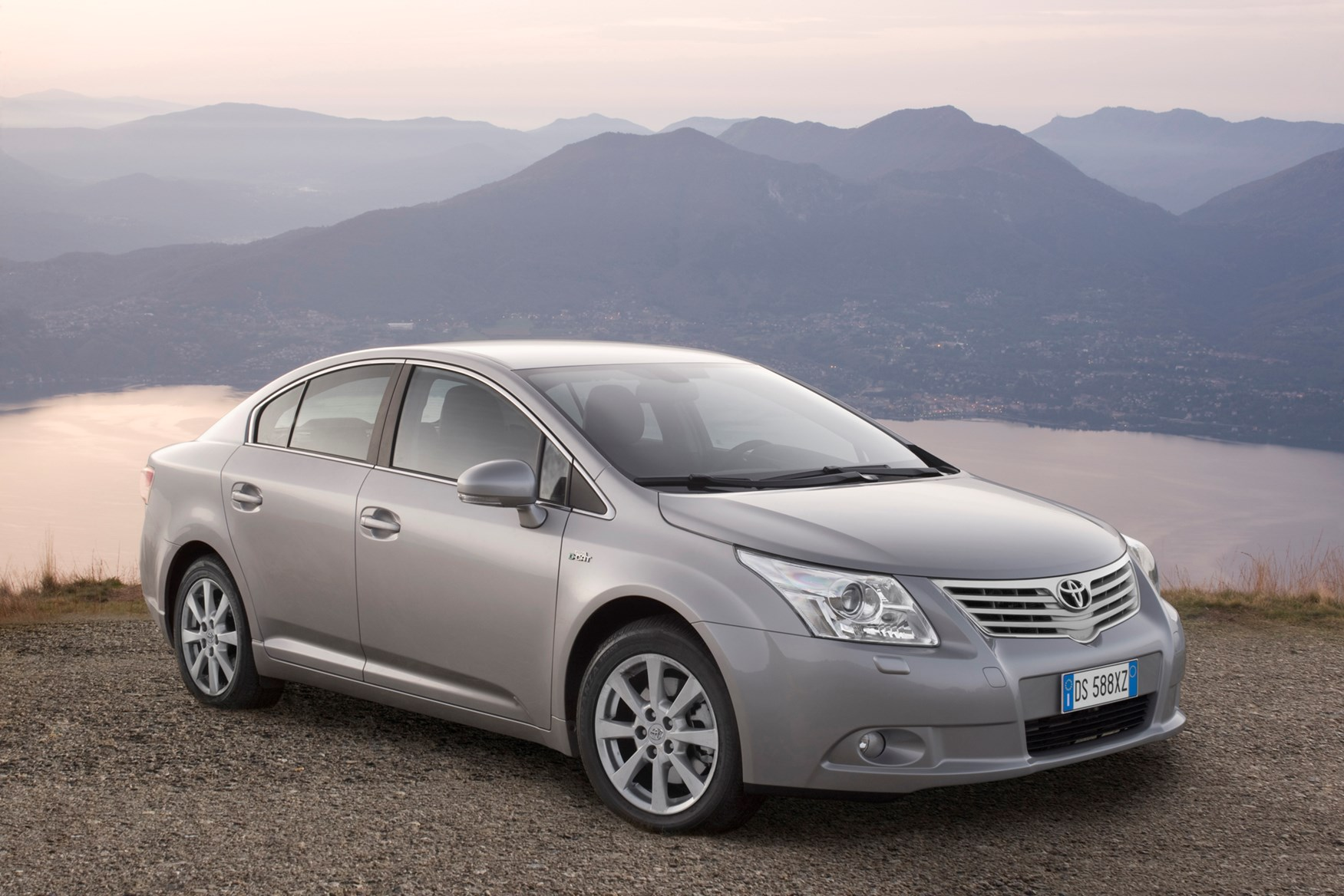 toyota avensis saloon review 2009 parkers. Black Bedroom Furniture Sets. Home Design Ideas