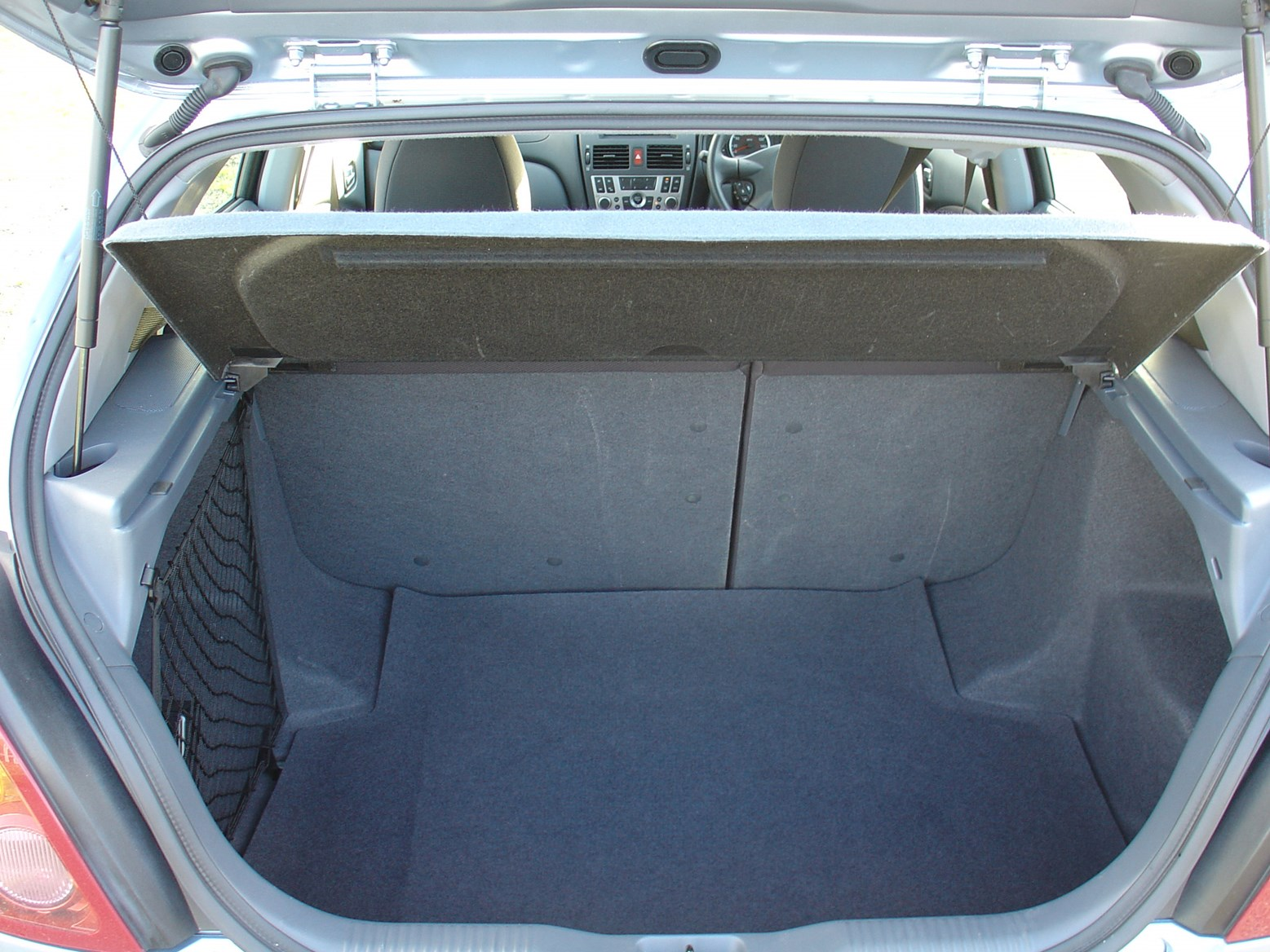 nissan almera hatchback (2000 - 2006) features, equipment and