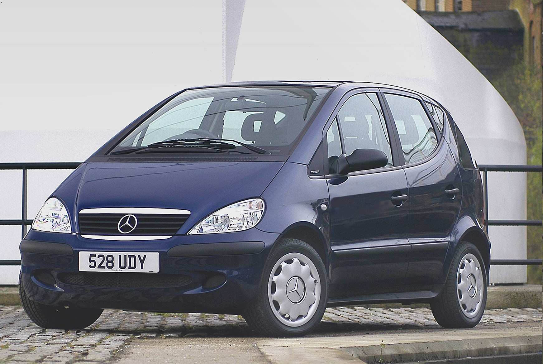 Mercedes benz a class hatchback review 1998 2004 parkers for Mercedes benz small car