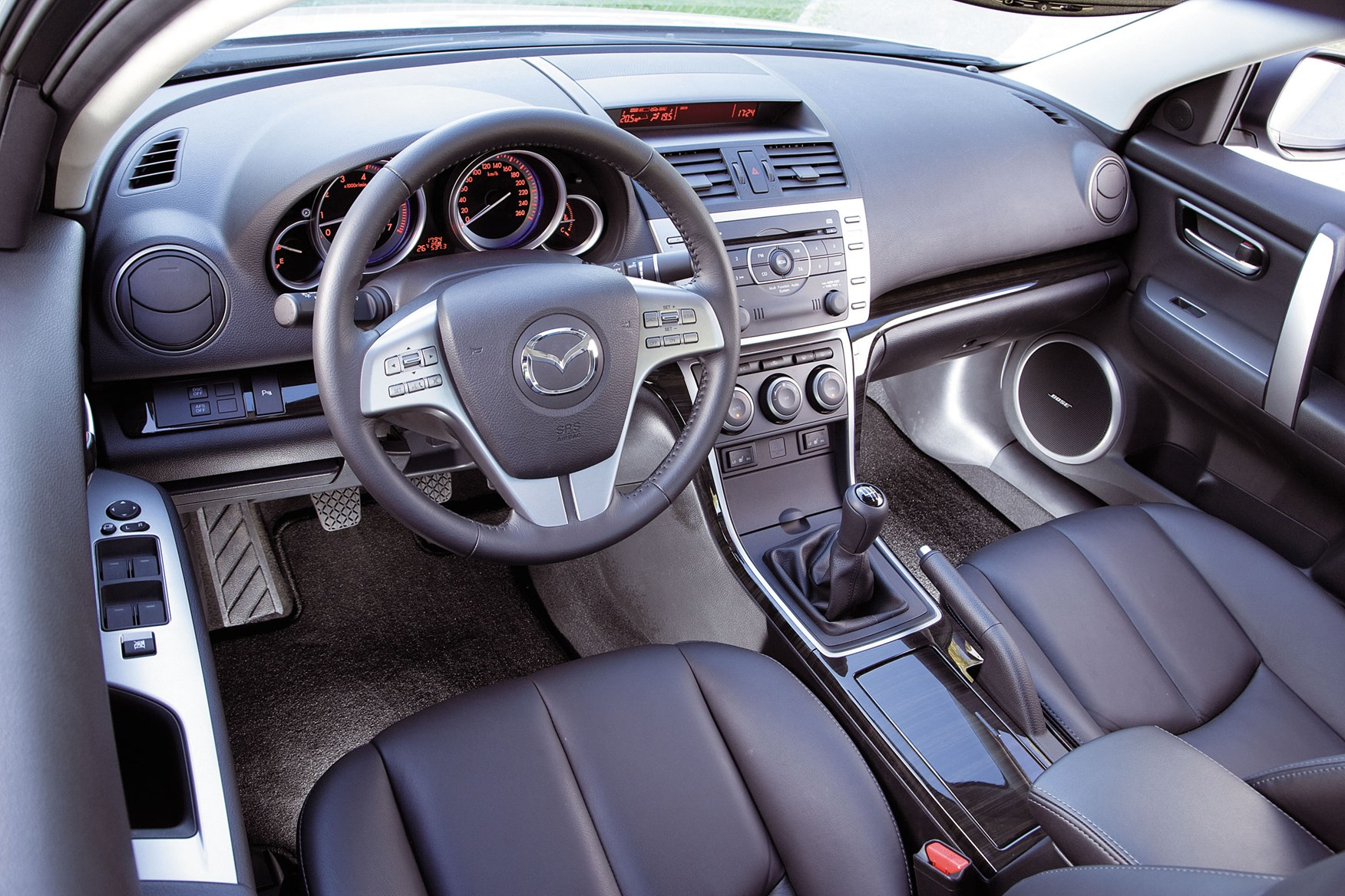 https://parkers-images.bauersecure.com/gallery-image/pagefiles/202853/interior-detail/1752x1168/mazda6_interior_6.jpg