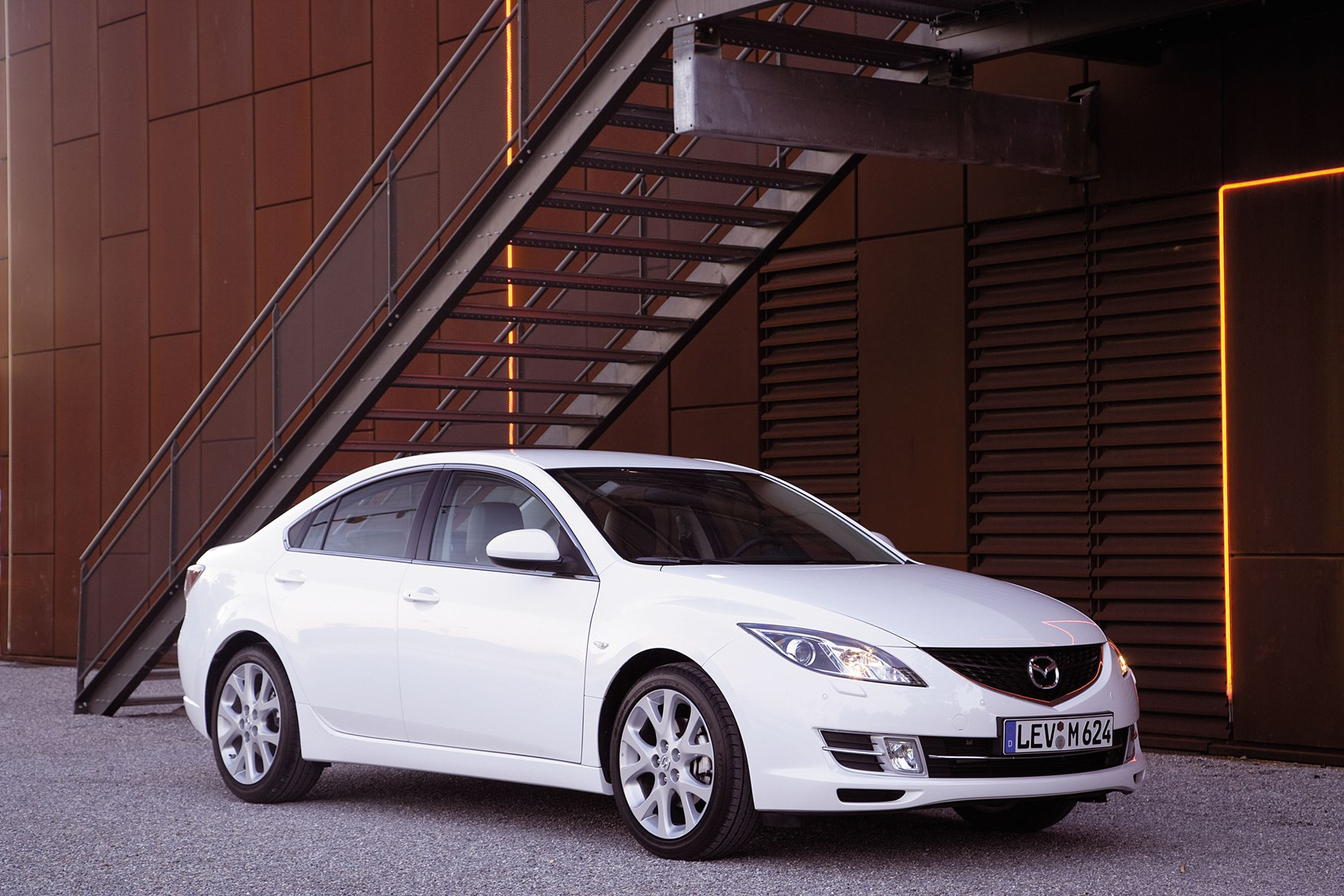 https://parkers-images.bauersecure.com/gallery-image/pagefiles/202853/static-exterior/1752x1168/mazda6_sdn_still12.jpg