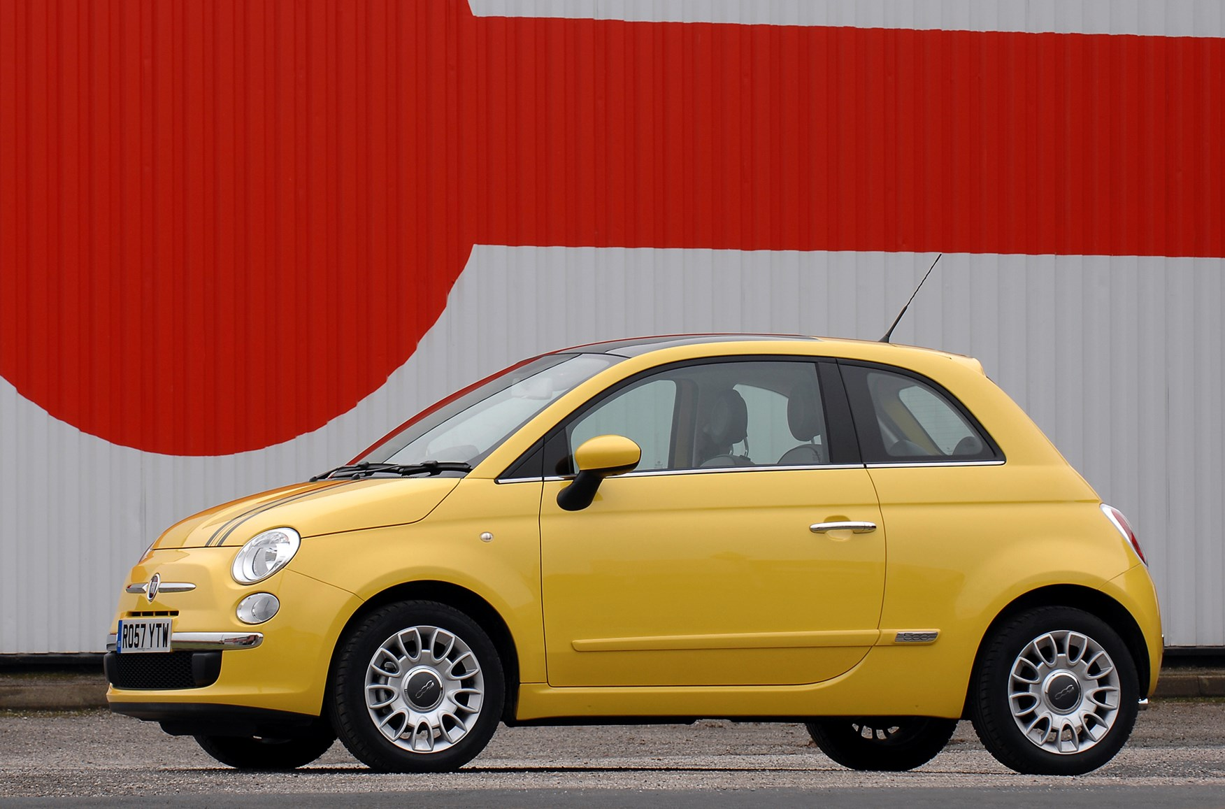 fiat 500 hatchback 2008 features equipment and accessories parkers. Black Bedroom Furniture Sets. Home Design Ideas