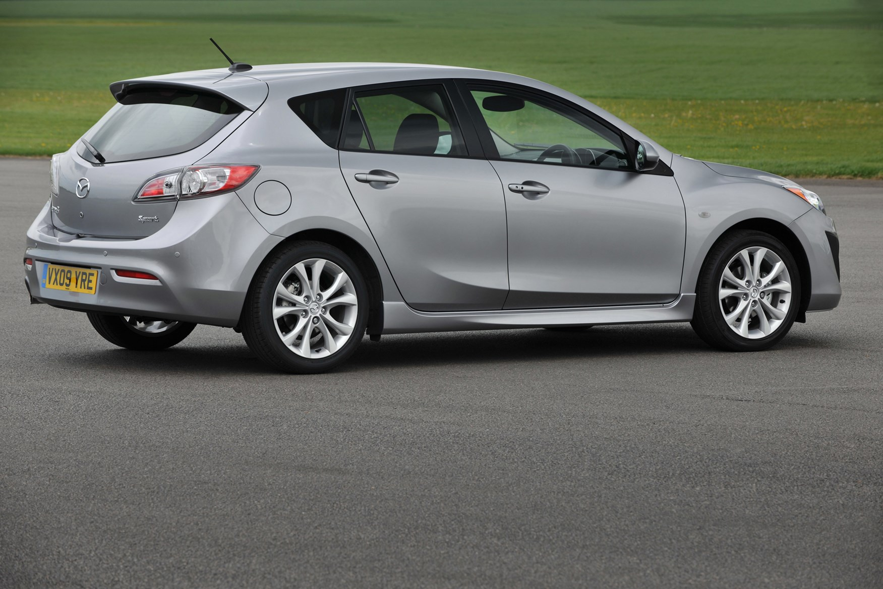 mazda 3 hatchback 2009 2013 features equipment and accessories parkers. Black Bedroom Furniture Sets. Home Design Ideas