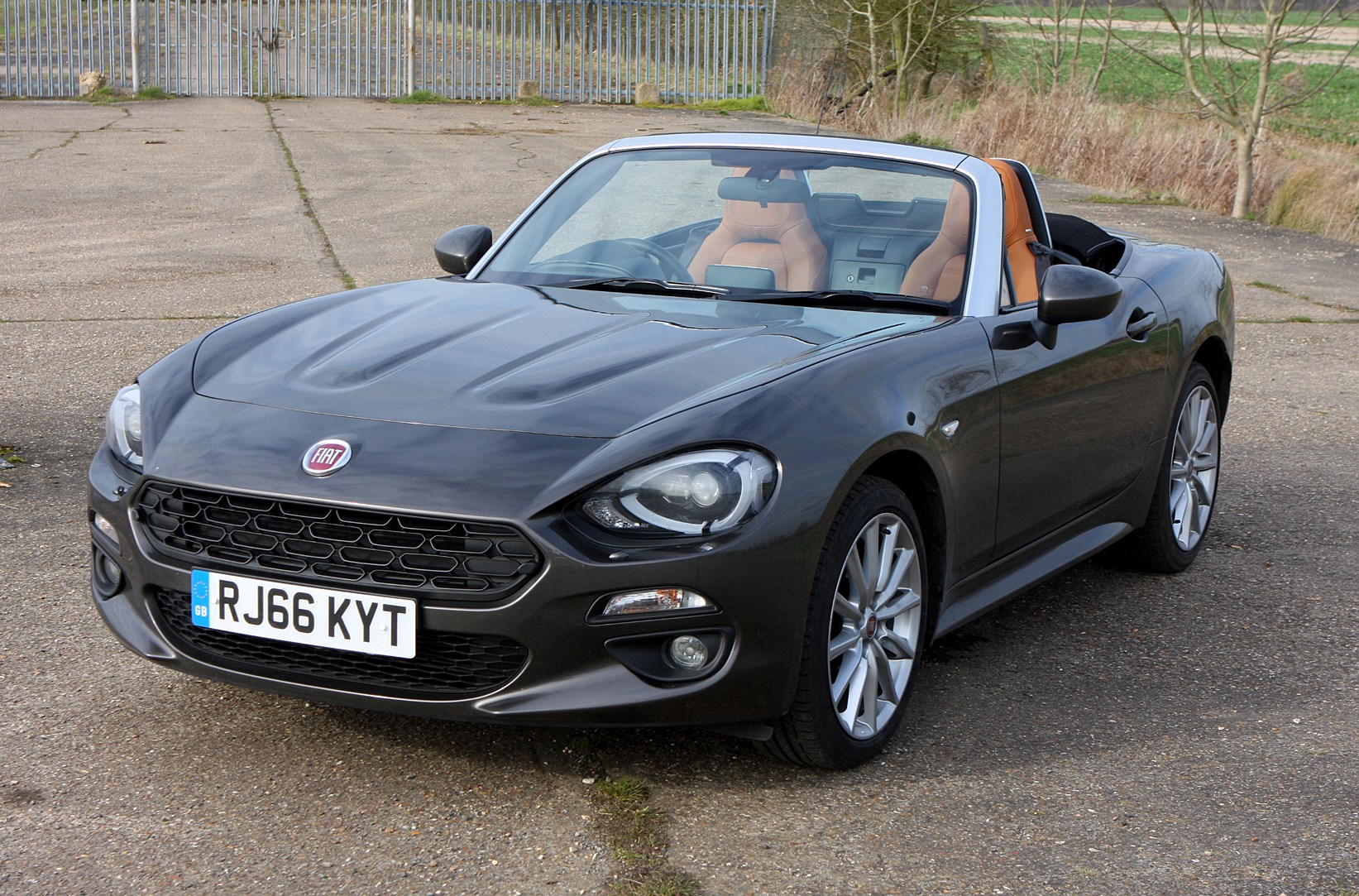 fiat 124 spider convertible 2016 features equipment and accessories parkers. Black Bedroom Furniture Sets. Home Design Ideas