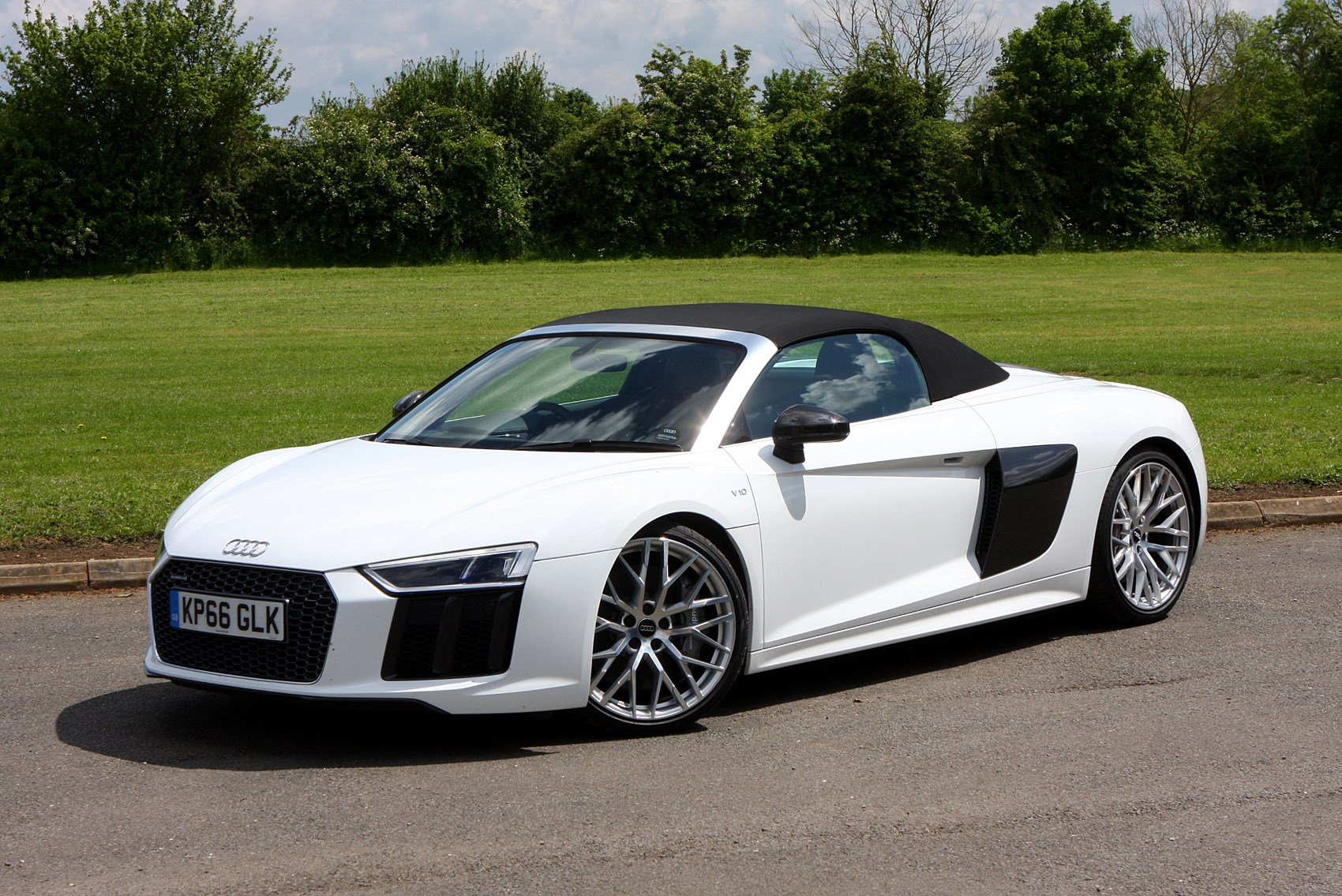 audi r8 spyder features equipment and safety parkers. Black Bedroom Furniture Sets. Home Design Ideas