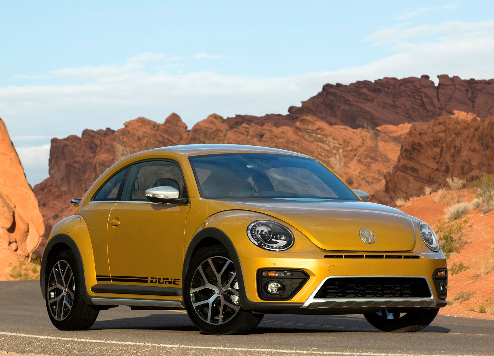 volkswagen beetle dune coupe 2016 features equipment and accessories parkers. Black Bedroom Furniture Sets. Home Design Ideas