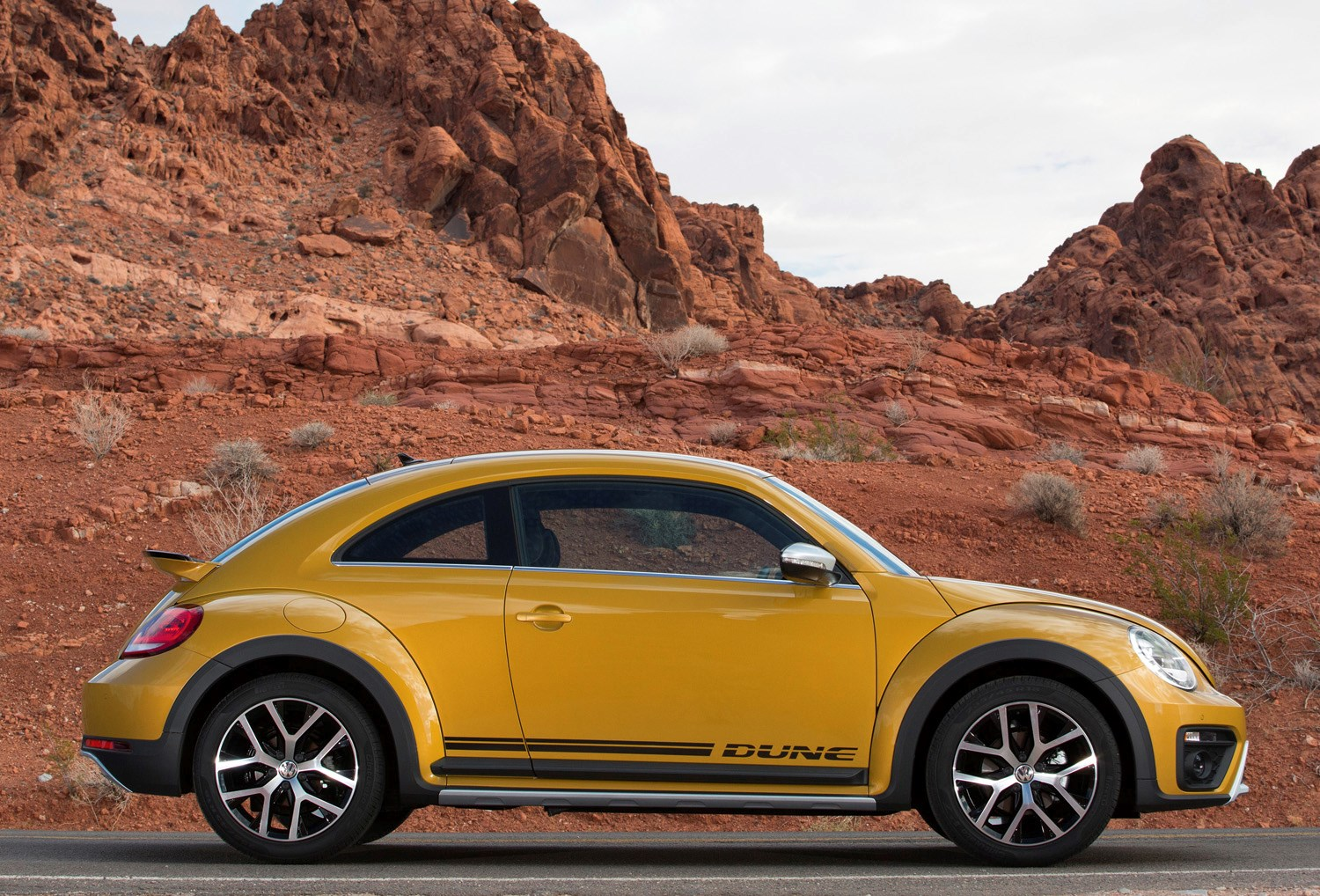 volkswagen beetle dune coupe 2016 buying and selling parkers. Black Bedroom Furniture Sets. Home Design Ideas