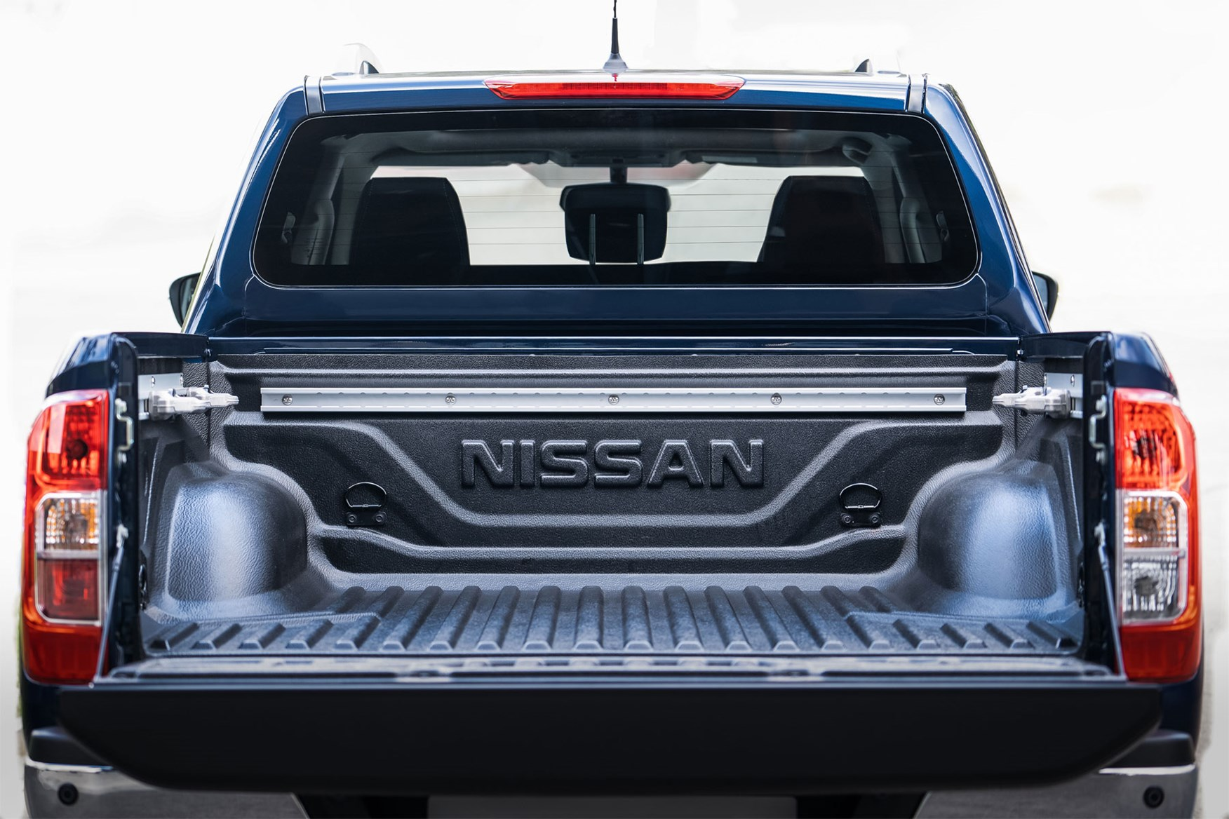Nissan NP300 Navara pickup dimensions (2016-on), capacity ...