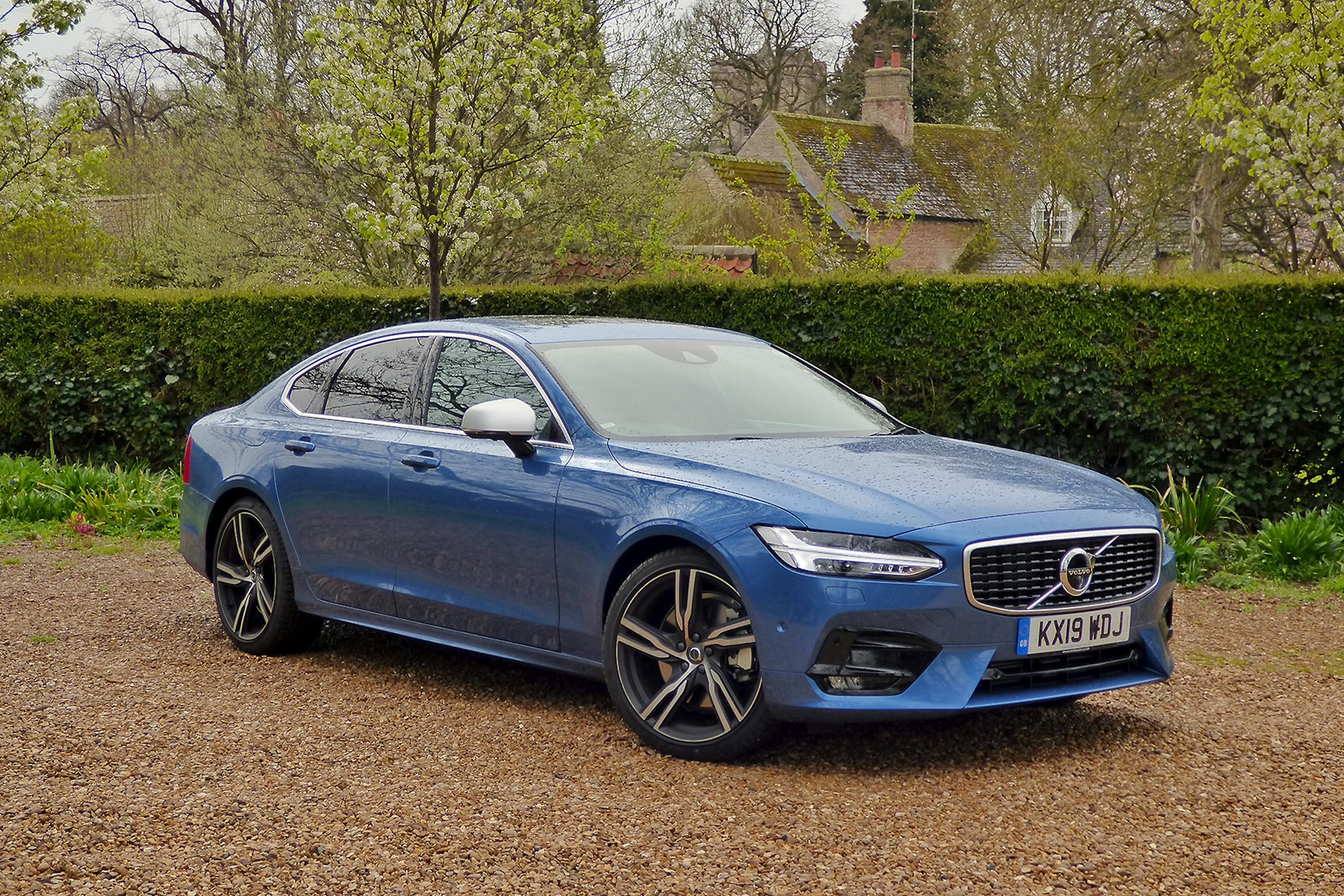 Blue 2019 Volvo S90 R-Design front three-quarter