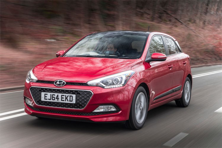 Red 2015 Hyundai i20 Hatchback front three-quarter driving