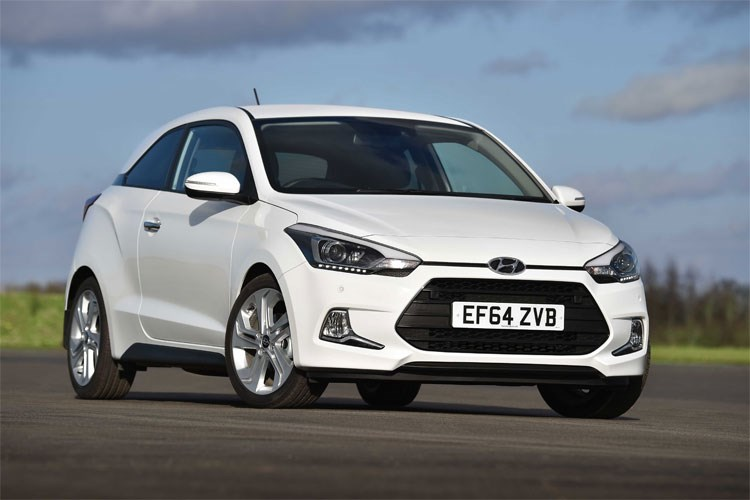 White 2015 Hyundai i20 Coupe front three-quarter