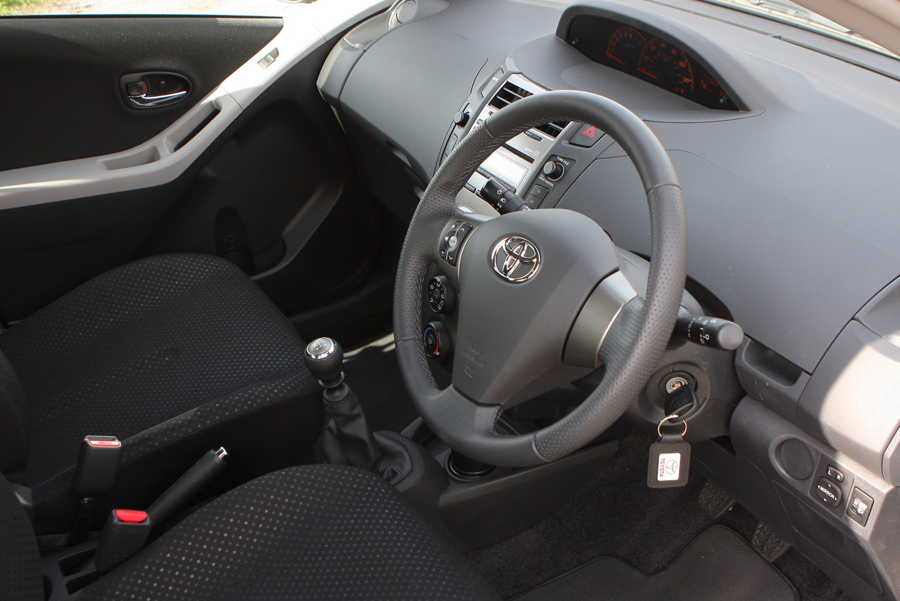 Toyota yaris hatchback 2006 2011 photos parkers for Interior toyota yaris