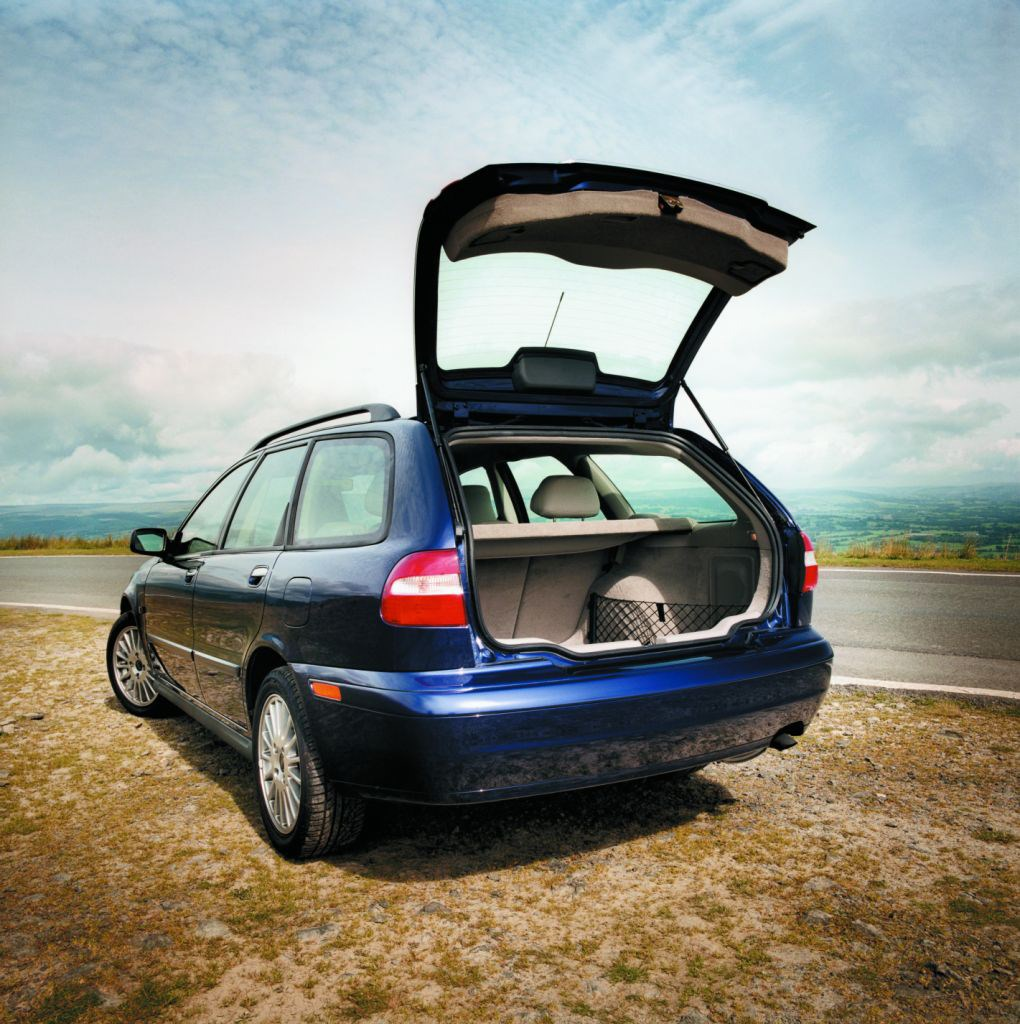 volvo v40 estate 1996 2004 features equipment and accessories parkers. Black Bedroom Furniture Sets. Home Design Ideas