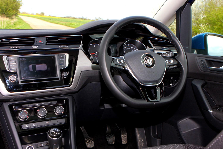 Volkswagen touran estate 2015 photos parkers for Interior touran