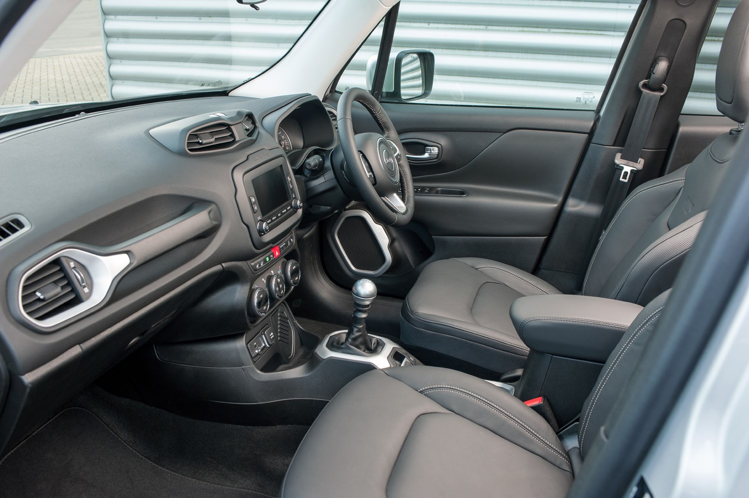 Jeep renegade 4x4 review 2015 parkers for Interior jeep renegade